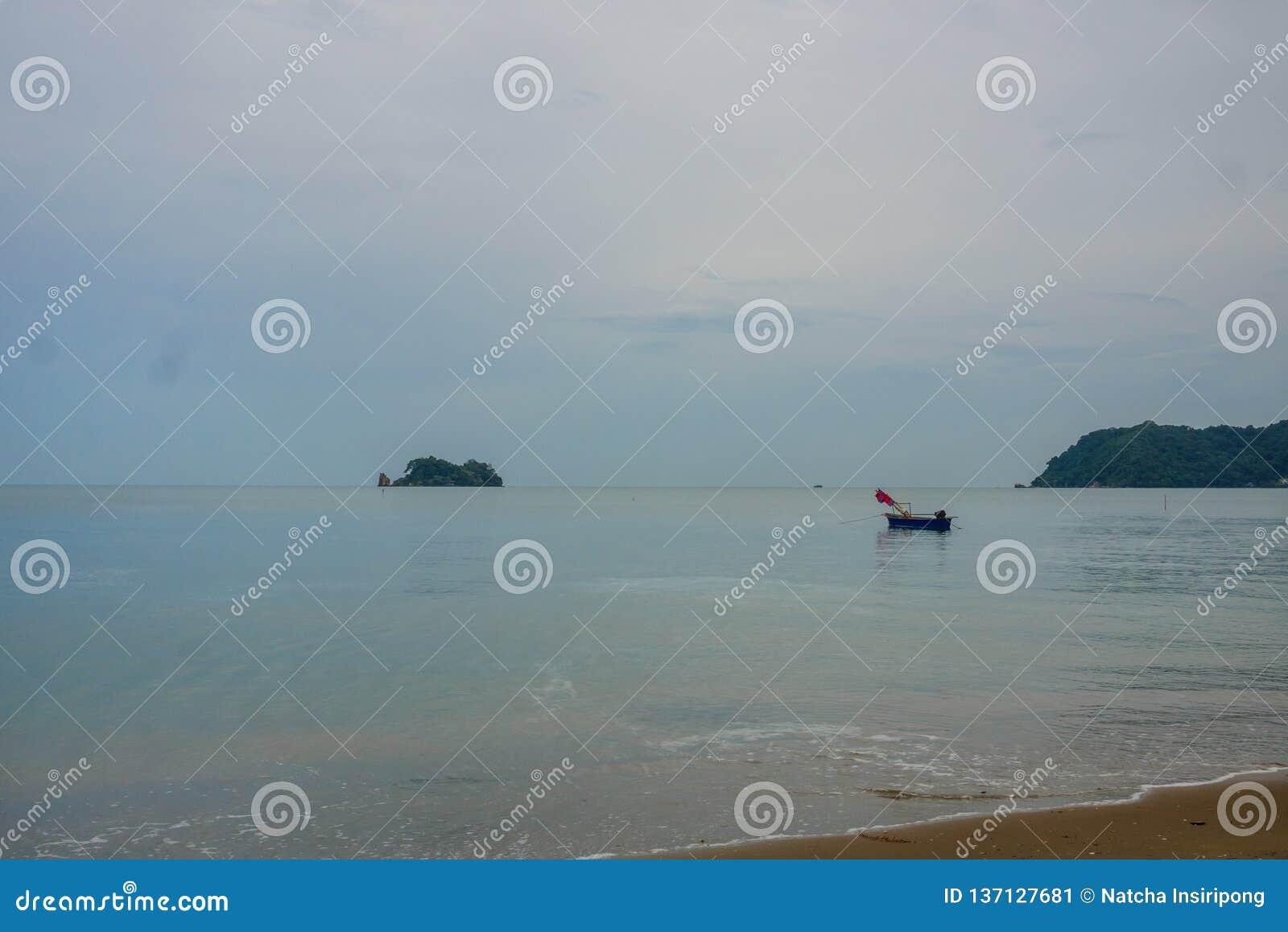 Schöner und ruhiger Strand bei Chanthaburi, Thailand