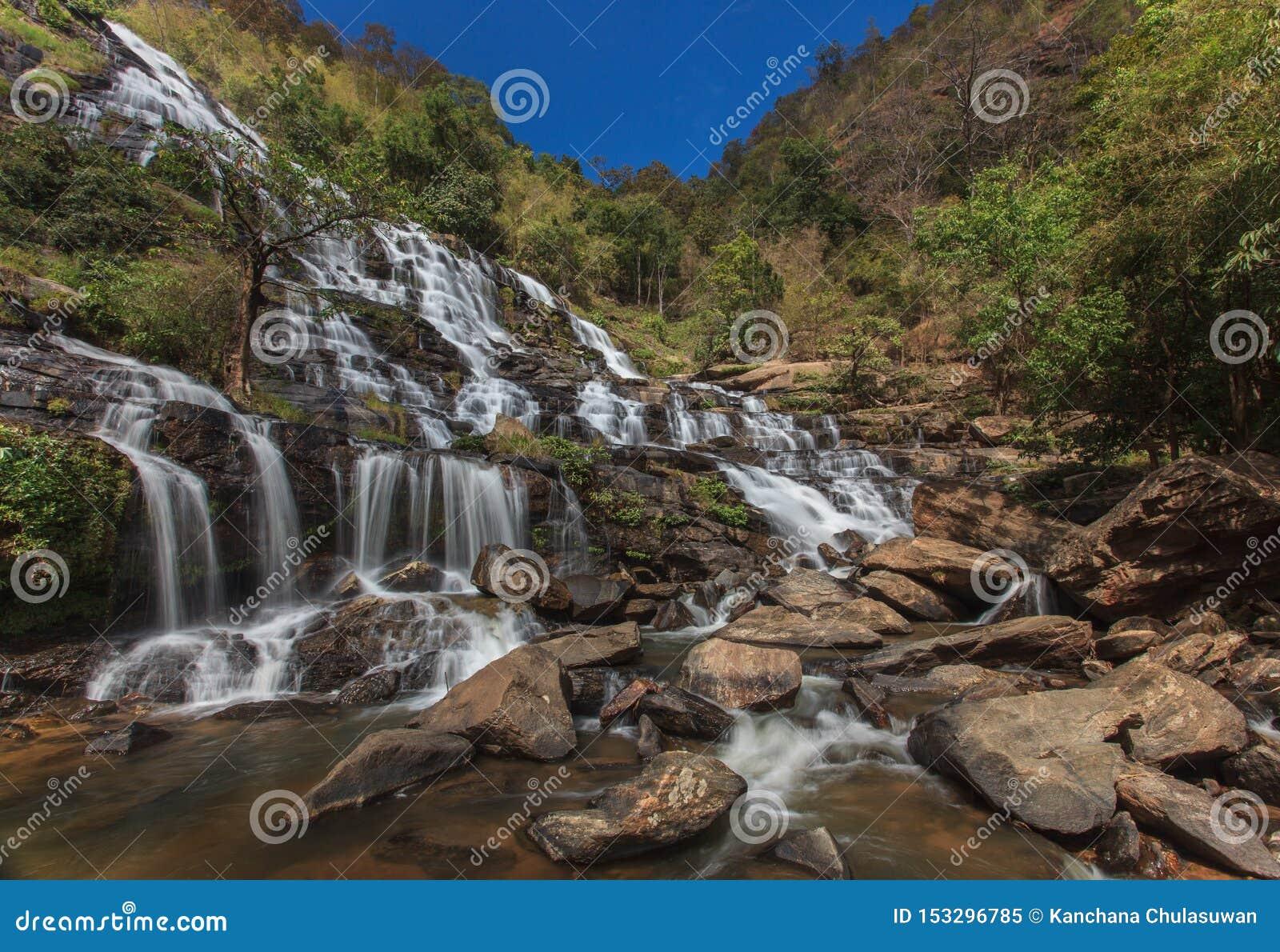 Schöner Wasserfall am Nationalpark in Thailand