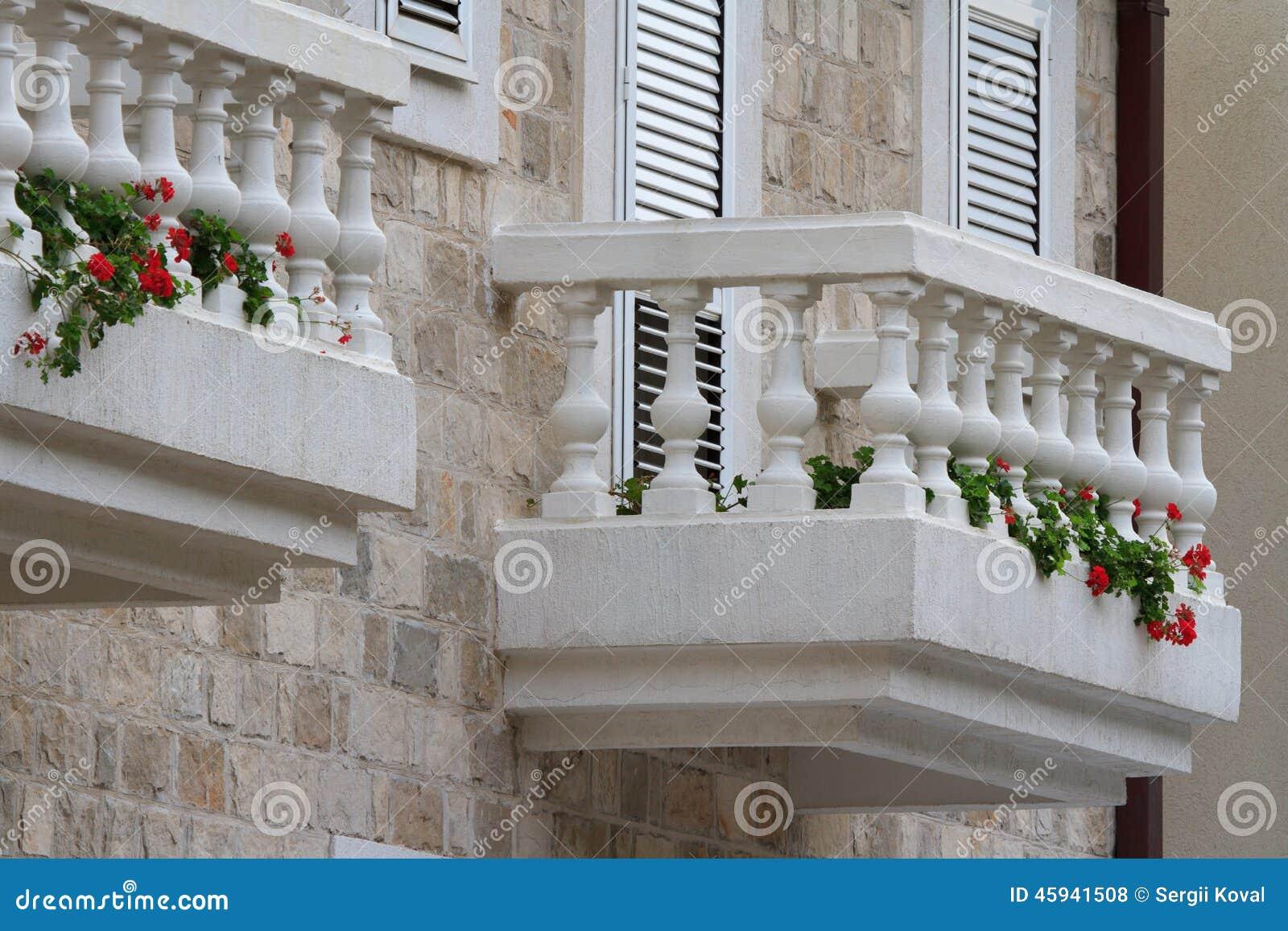 Schoner Weisser Balkon Mit Blumen Stockfoto Bild Von Blumen