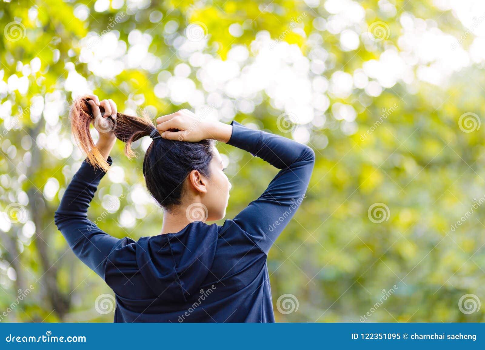Schönes asiatisches Frauenbündel Haar ner großen Baums