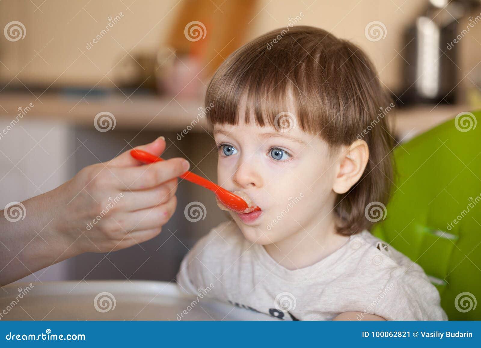 Schönes Baby Isst Brei Von Mutter S Hand Die Mutter Zieht Den Sohn