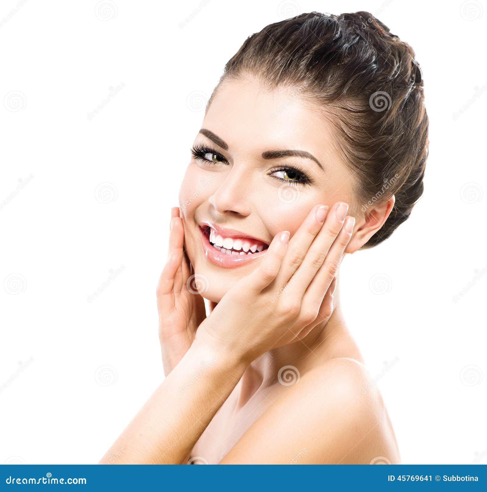 Schönes Badekurort-Mädchen, das ihr Gesicht berührt