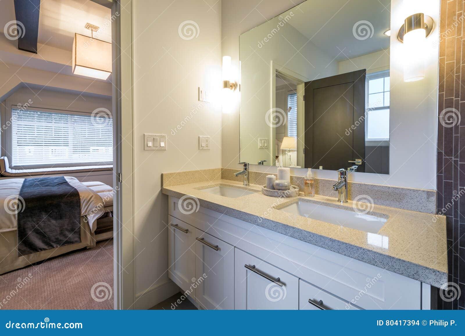 Schönes Badezimmer In Einem Luxushaus Stockfoto - Bild von schön ...