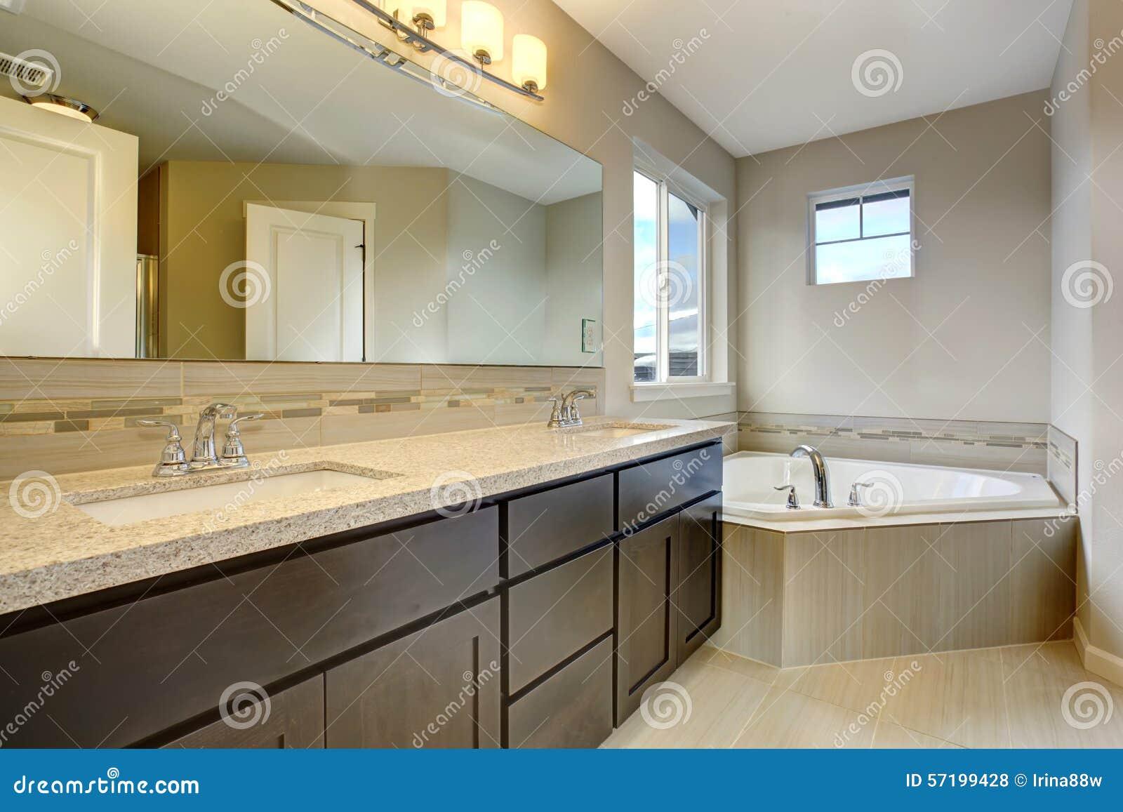 Schönes Badezimmer Mit Großer Badewanne Stockfoto - Bild von einfach ...