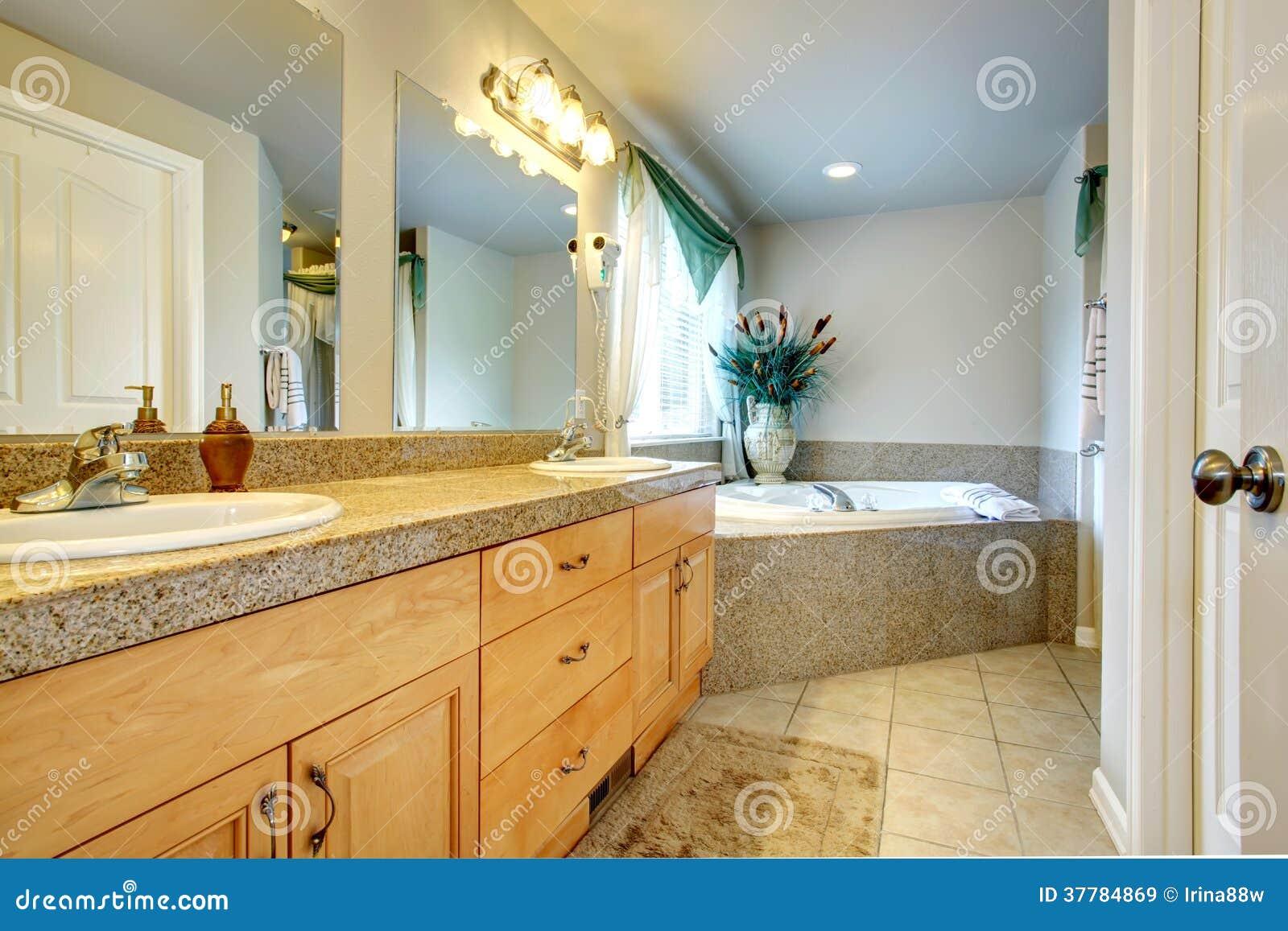 Schönes Badezimmer Mit Whirpool Stockbild - Bild von luxuriös ...