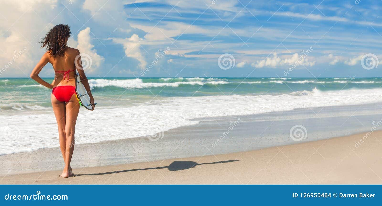 Schönes Bikini-Frauen-Mädchen-Surfer-u. Surfbrett-Strand-Panorama