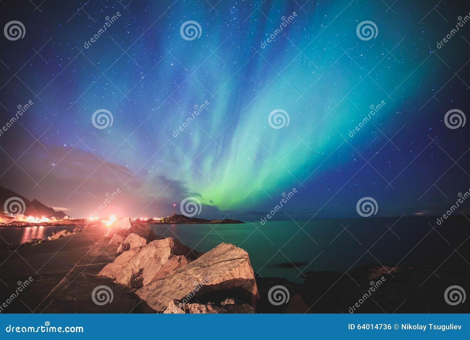 Schönes Bild von enormer mehrfarbiger vibrierender Aurora Borealis, Aurora Polaris, wissen auch als Nordlichter im nächtlichen Hi