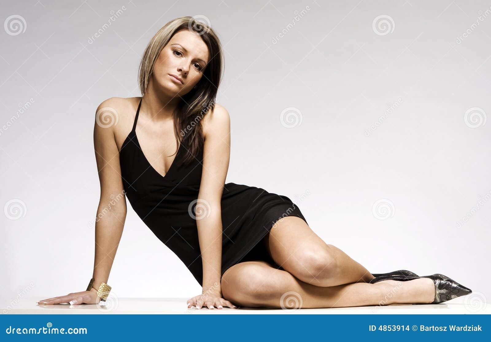 sch nes blondes m dchen das schwarzes minikleid tr gt stockfoto bild von fahrwerkbeine. Black Bedroom Furniture Sets. Home Design Ideas
