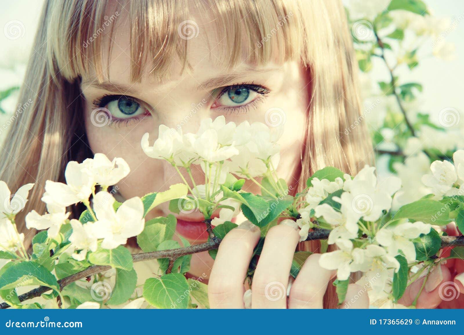 Schönes blondes mädchen mit blauen augen und freckles unter