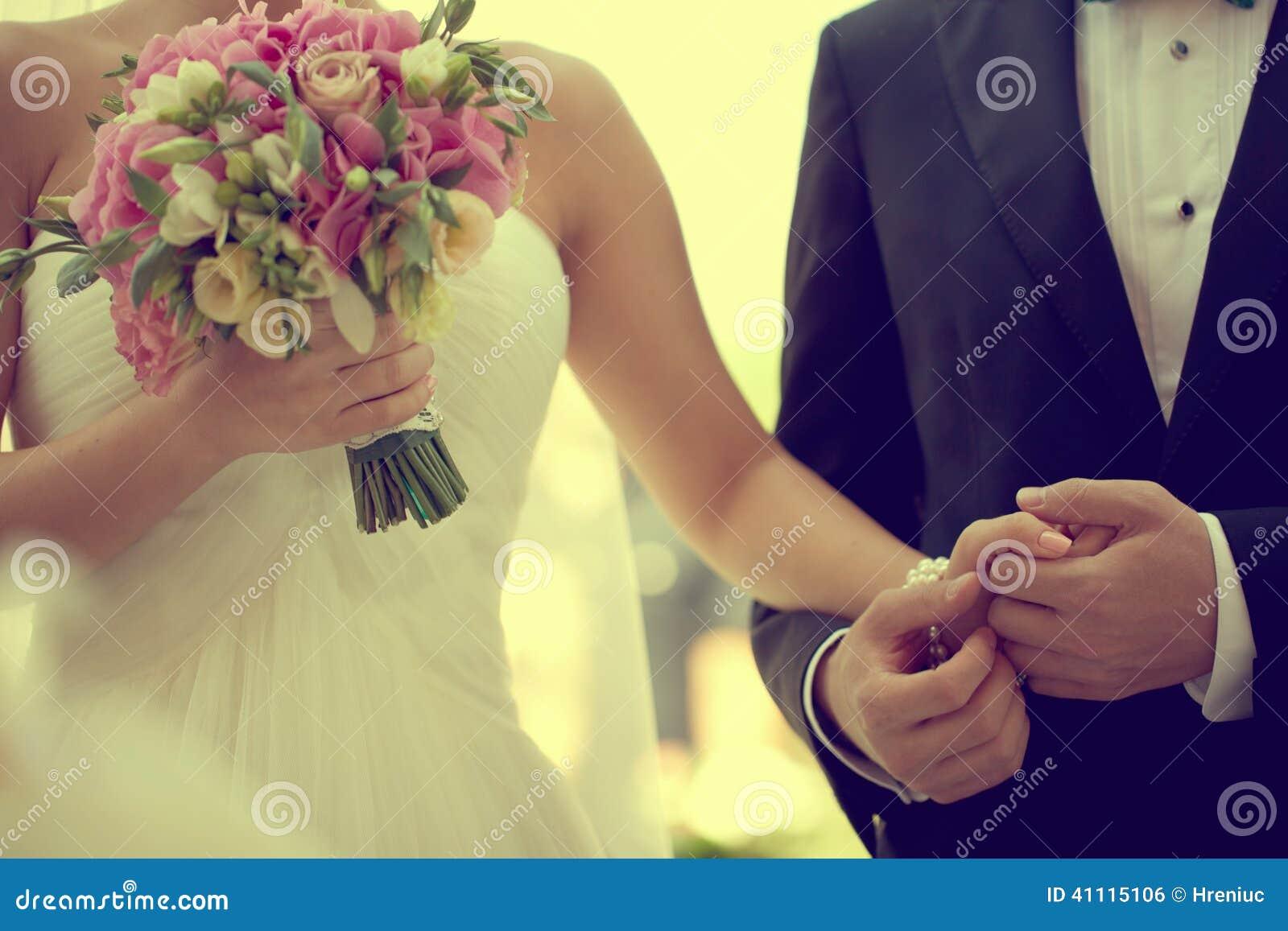 Schönes Braut- und Bräutigamhändchenhalten