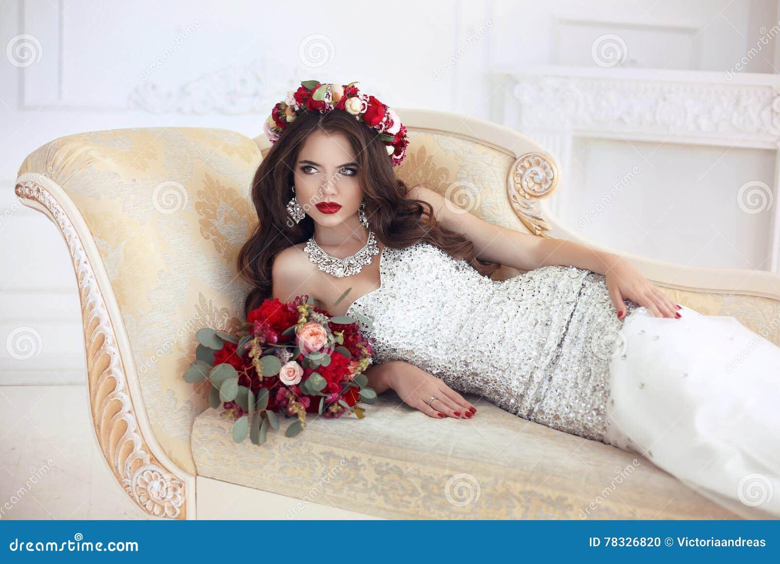 Schones Brunette Braut Hochzeit Portrat Rotes Lippenmake Up Lang