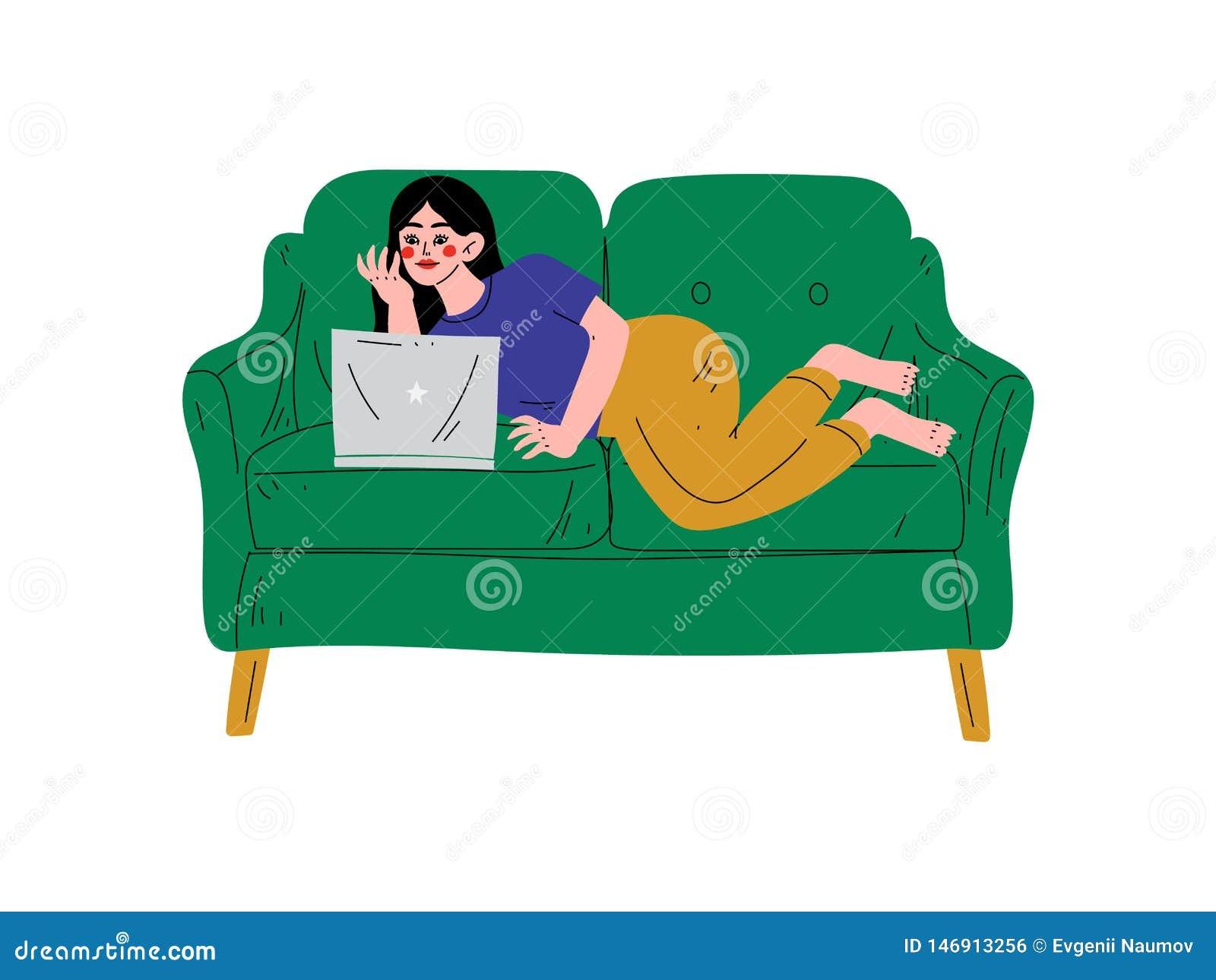 Schönes Brunette Mädchen, das auf Sofa mit Laptop, junge Frau zu Hause arbeitet oder sich entspannt unter Verwendung des Computer