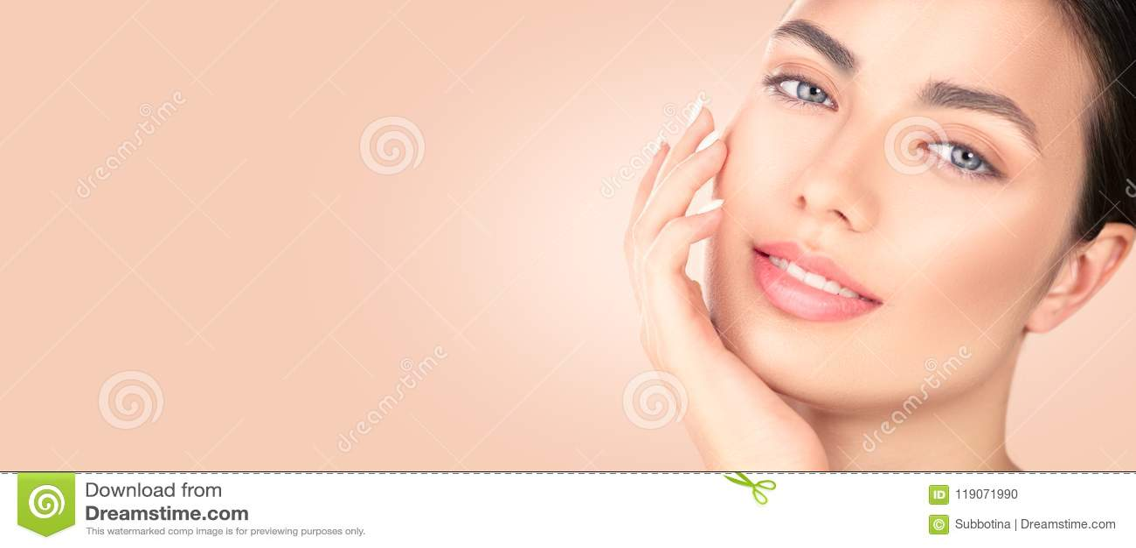 Schönes Brunettemädchen, das ihr Gesicht berührt Reines Schönheits-Modell Badekurort-Schönheits-Porträt Jugend- und skincarekonze