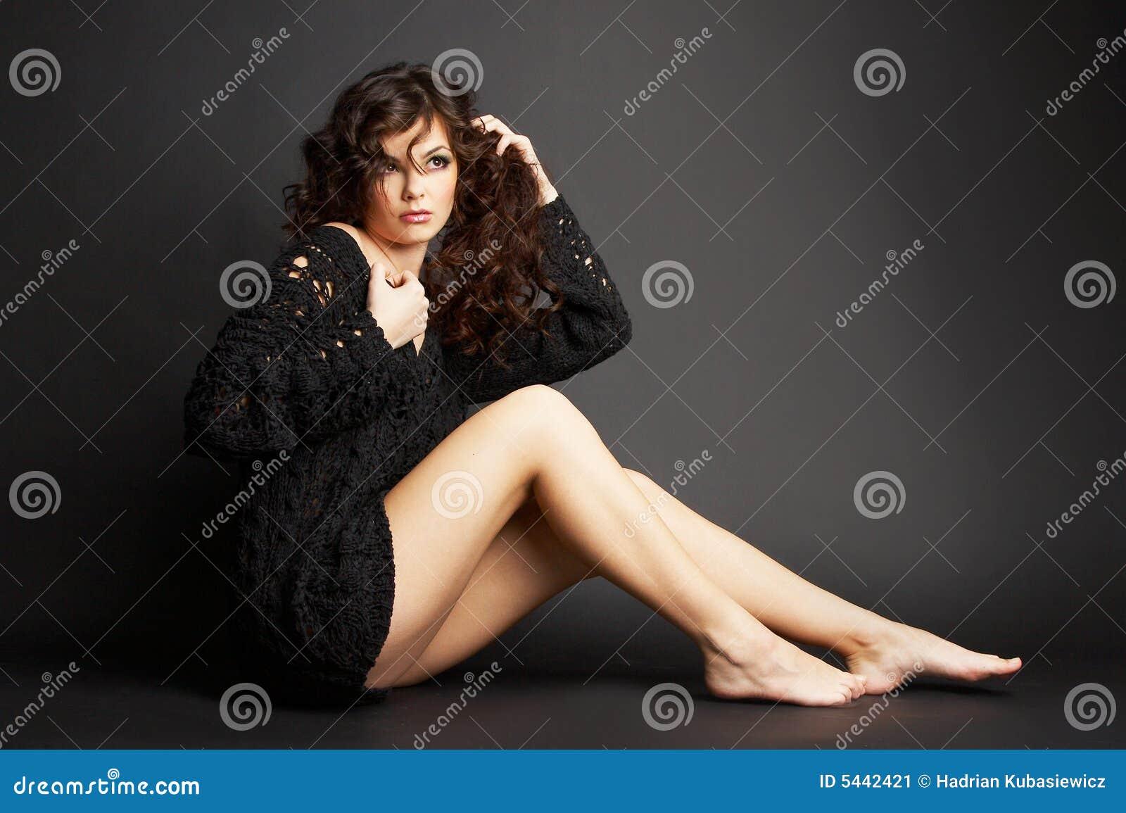 Schönes Brunettemädchen, das im Studio aufwirft