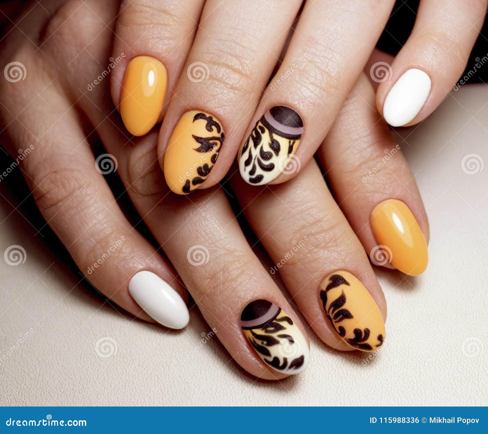 Schönes gelbes Maniküredesign für Nägel Nageldesignkunst