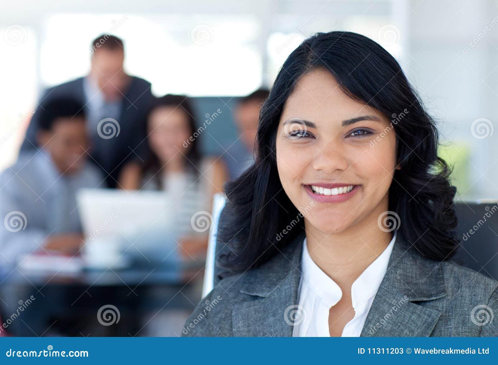 Schönes Geschäftsfraulächeln