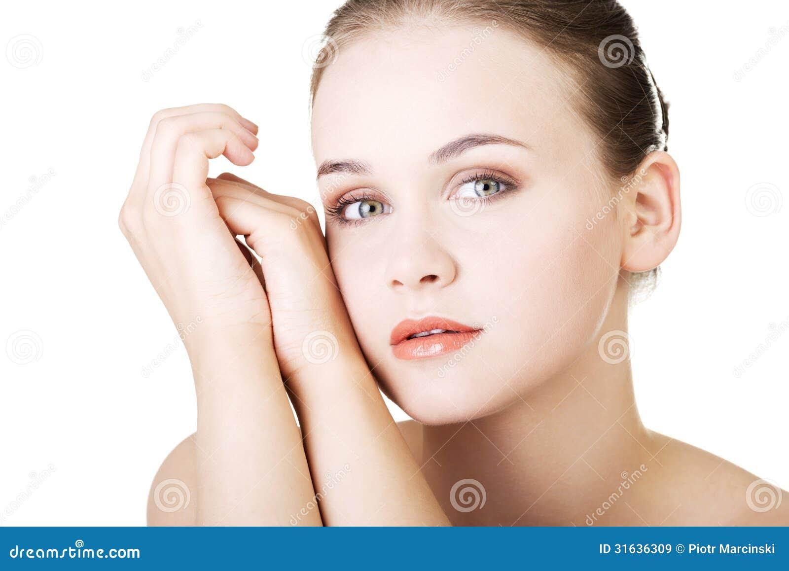 Schönes Gesicht der Badekurortfrau mit gesunder sauberer Haut.