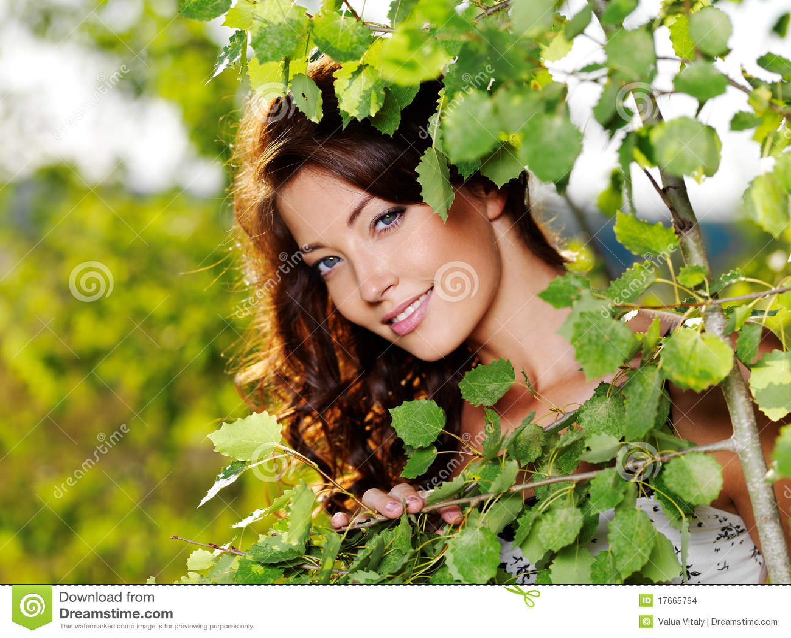 Schönes Gesicht der reizvollen Frau auf der Natur