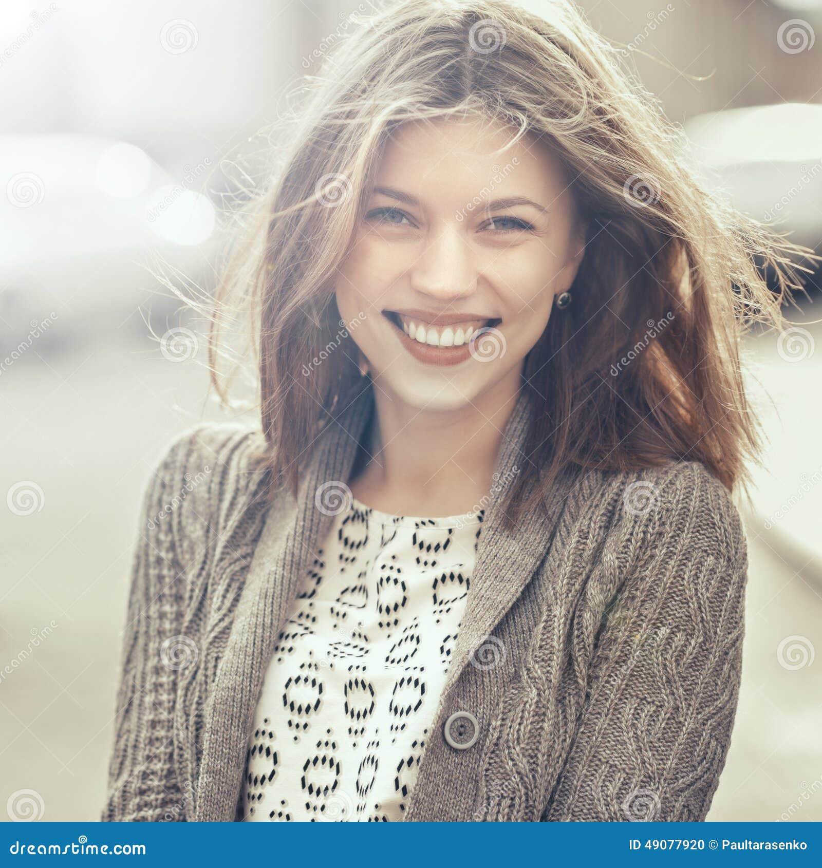 Schönes glückliches lächelndes Mädchen draußen Frauenlächeln froh, Frei