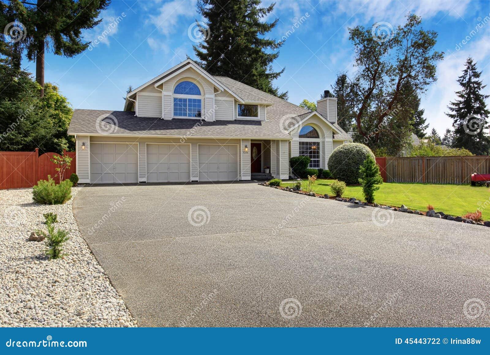 Schönes Haus Außen Mit Beschränkungsberufung Stockfoto - Bild von ...