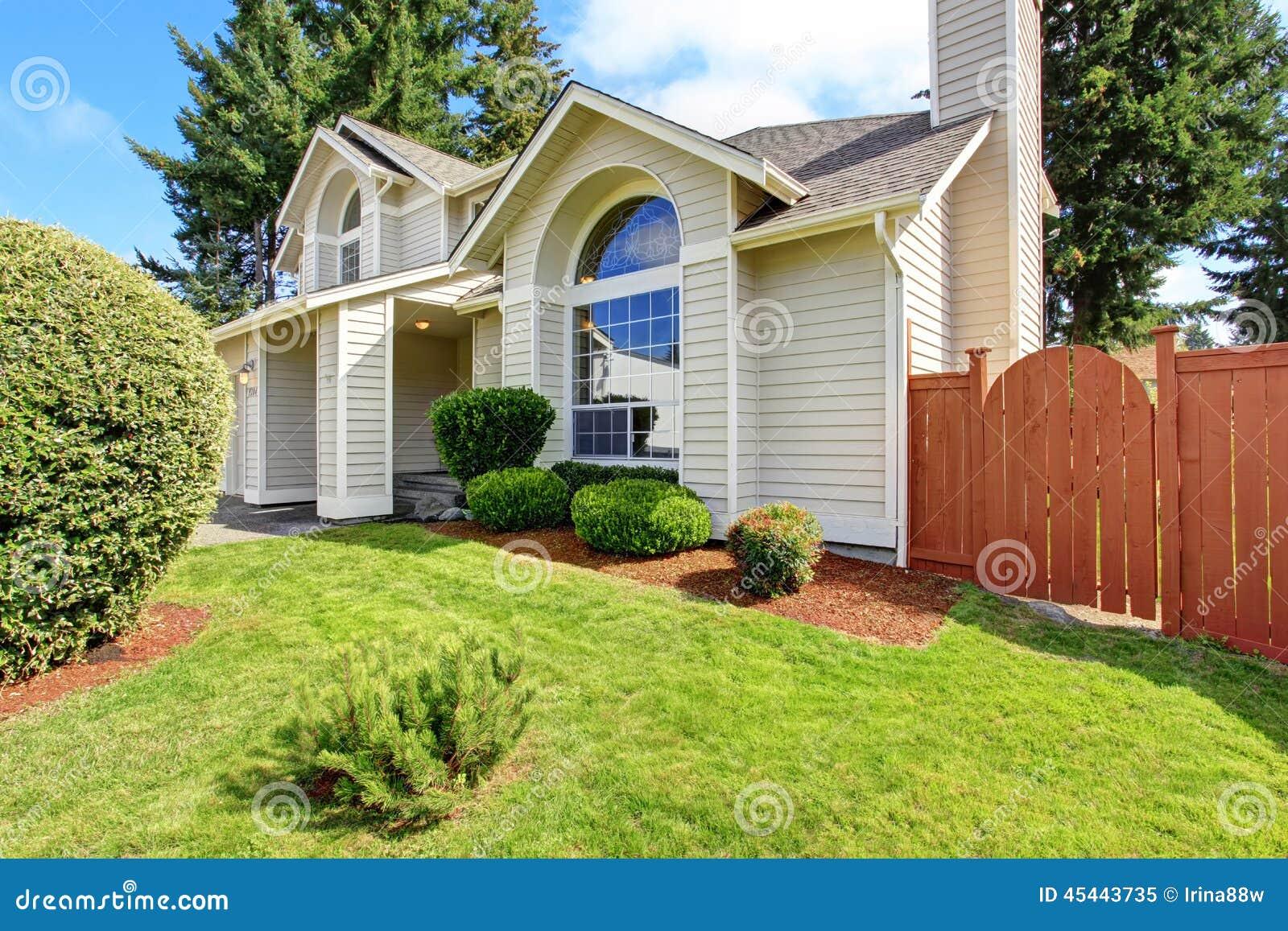 Schönes Haus Außen Mit Bogenfenster Stockbild - Bild von luxus, real ...