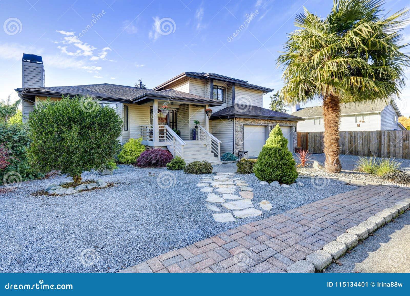 Schönes Haus Außen Mit Nettem Lahdscape Design Stockbild - Bild von ...