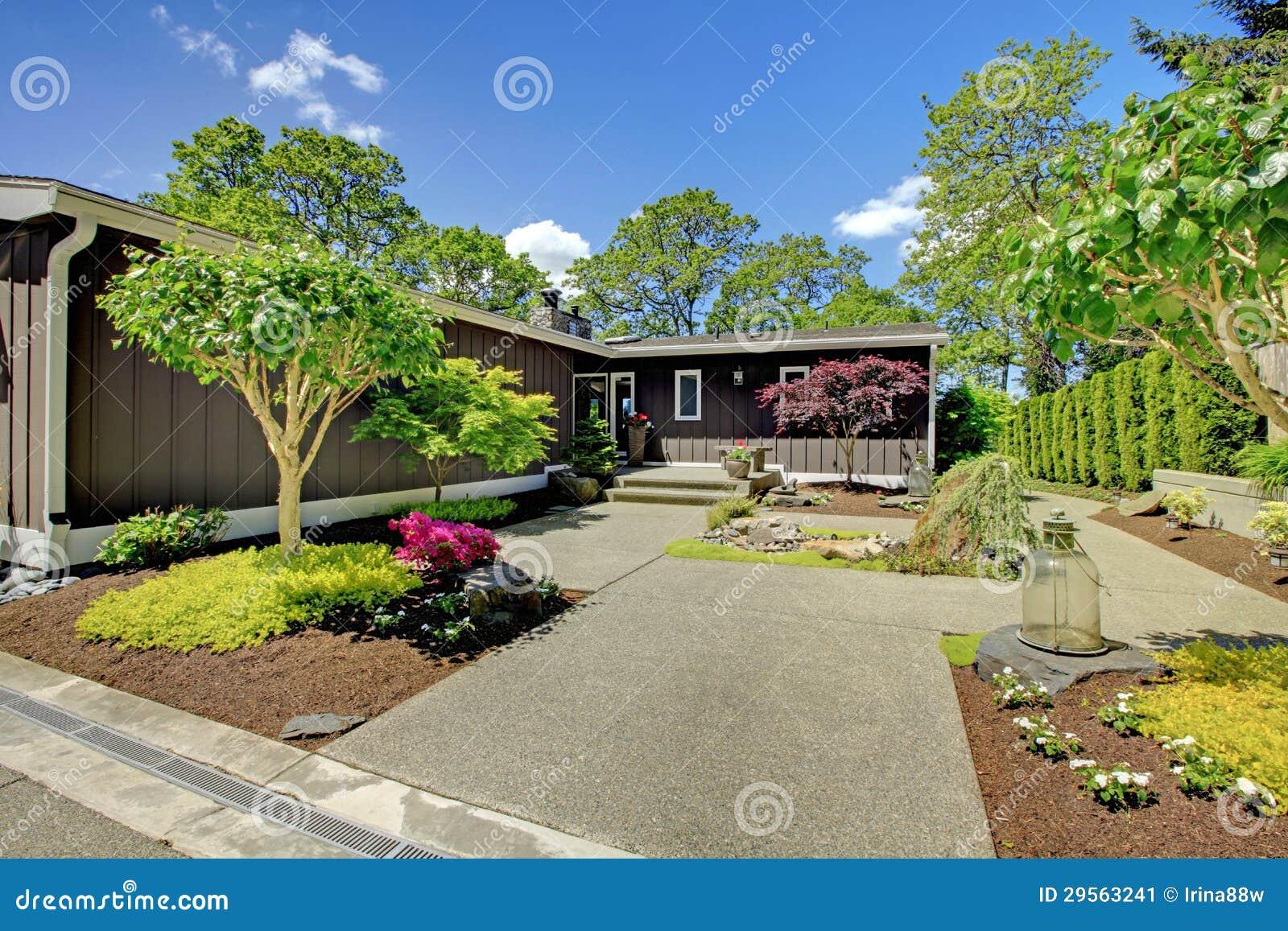 Schones Haus Mit Garage Seeansicht Und Grossem Vorgarten Stockbild