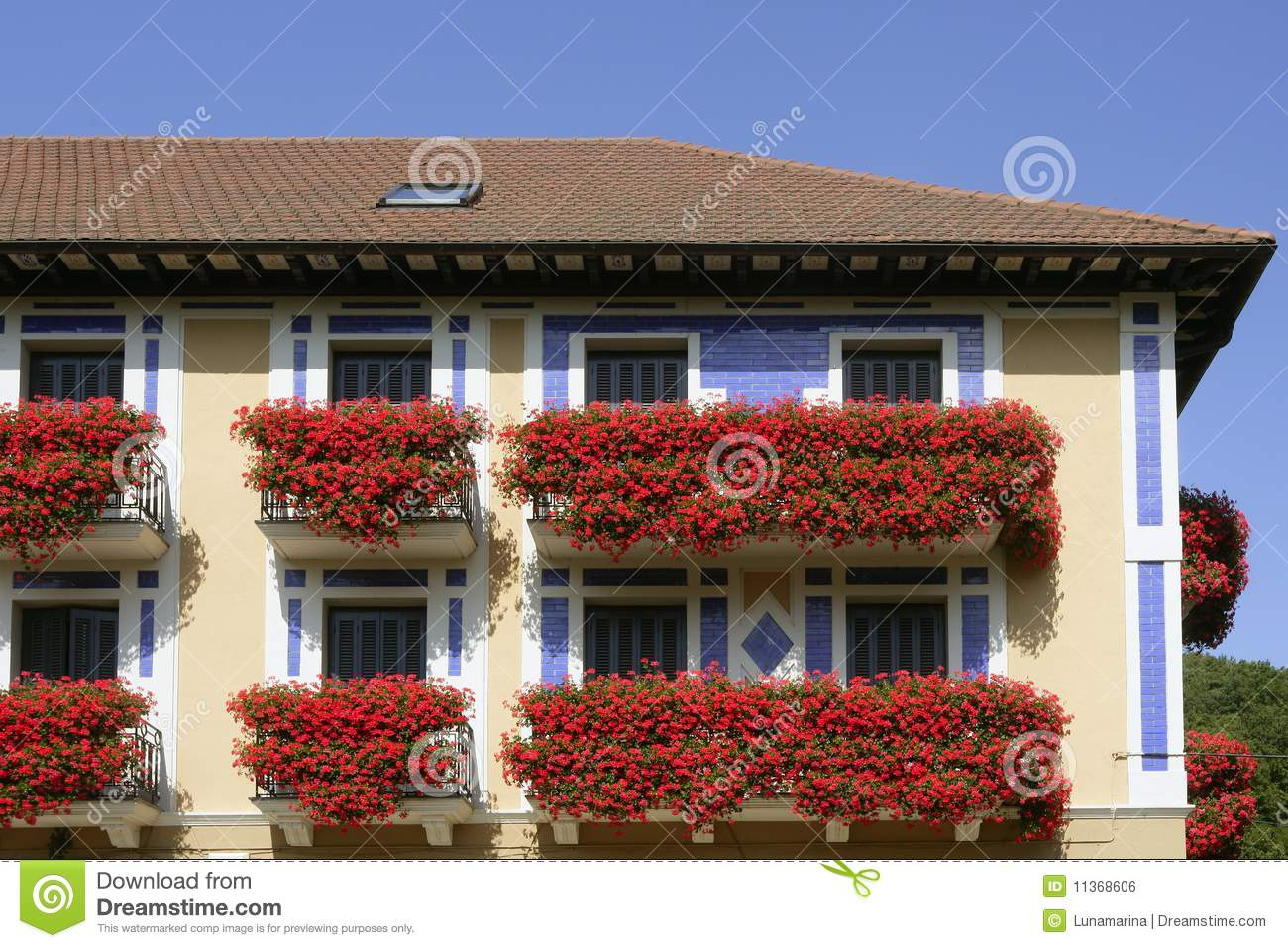 sch nes haus in navarra mit blumen auf balkon lizenzfreies stockbild bild 11368606. Black Bedroom Furniture Sets. Home Design Ideas