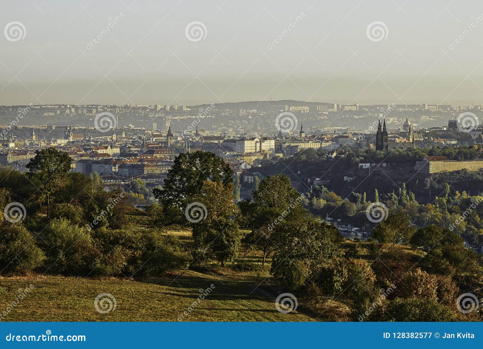 Schönes HDR-Landschaftspanorama von Prag mit vysehrad Schloss eingenommen von Zvahov-Hügel
