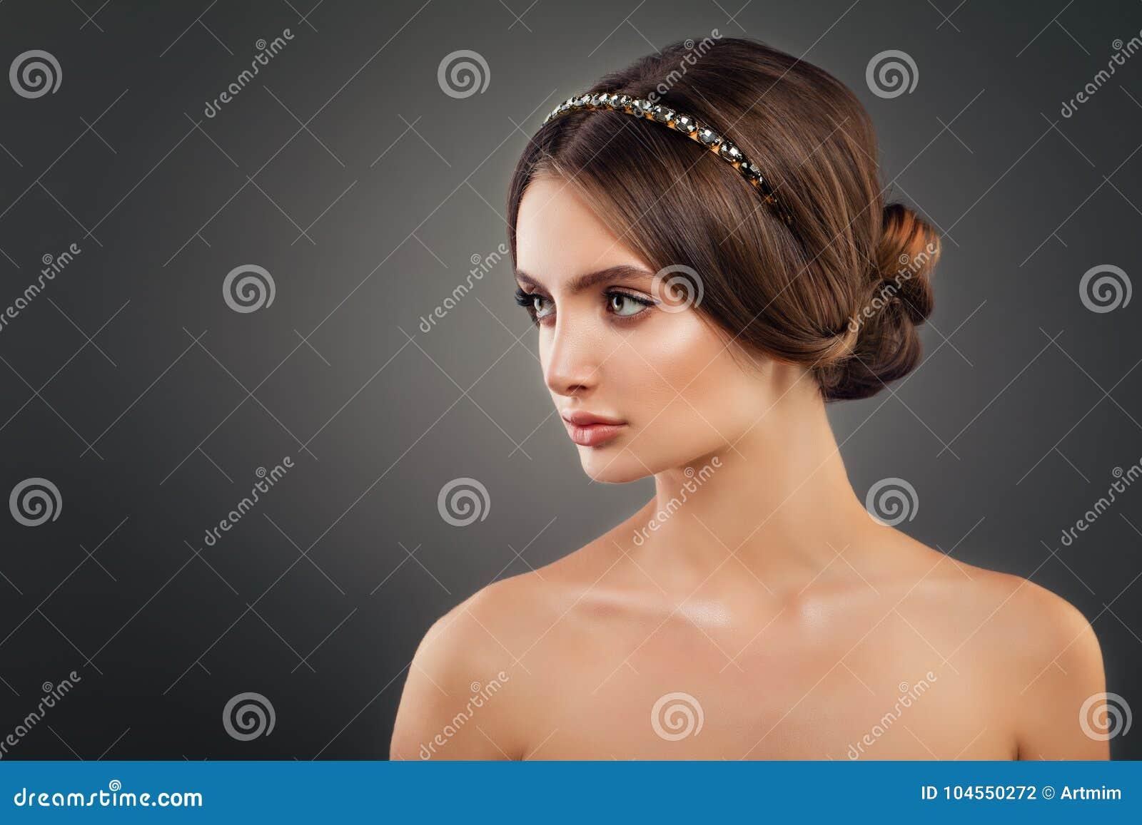 Schones Junge Frauen Mode Modell Mit Hochzeits Frisur Stockfoto