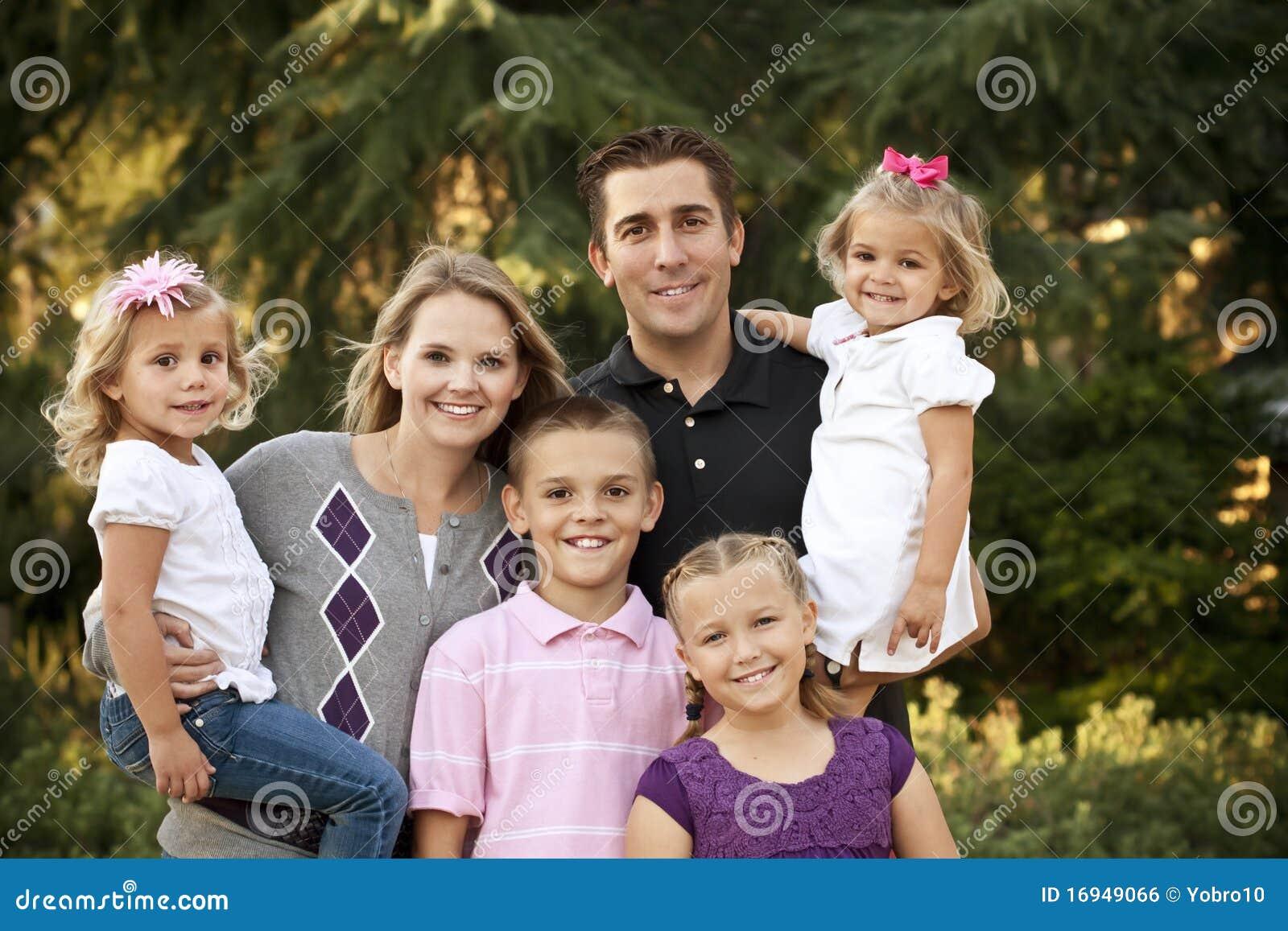 Schönes junges Familien-Portrait