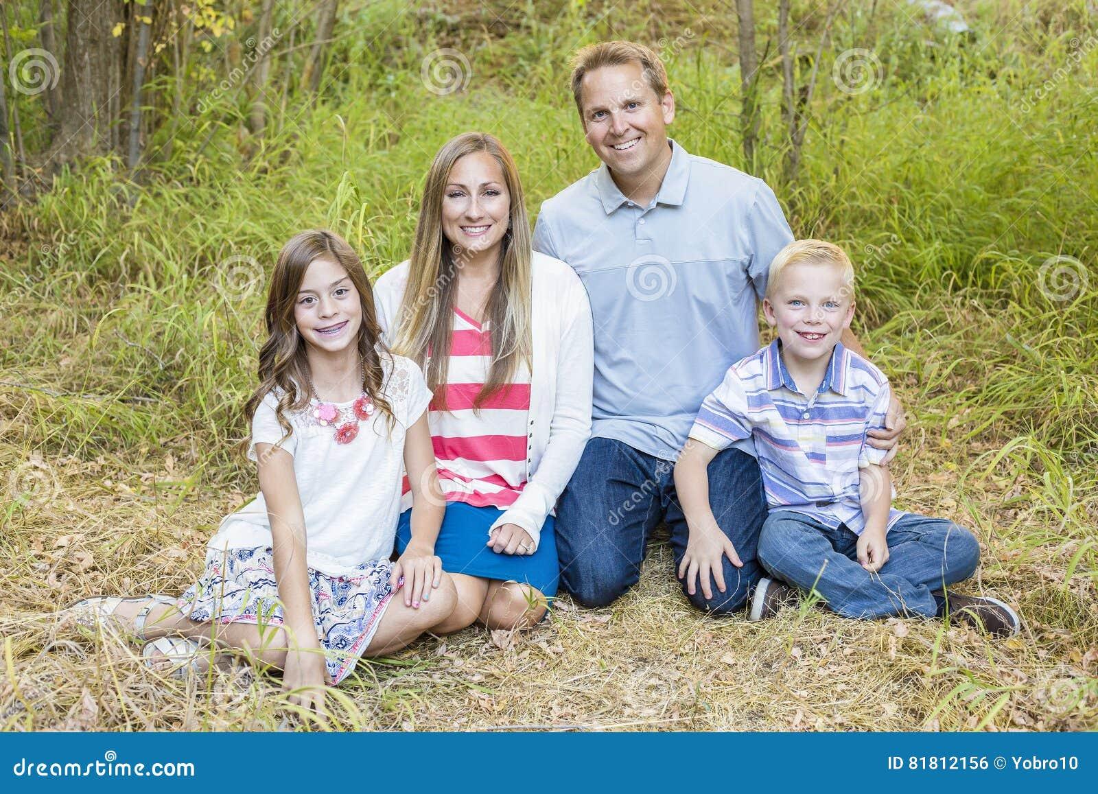 Schönes junges Familienporträt draußen