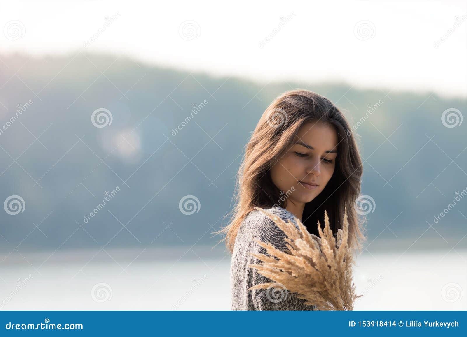 Schönes junges Mädchen, das den See bereitsteht