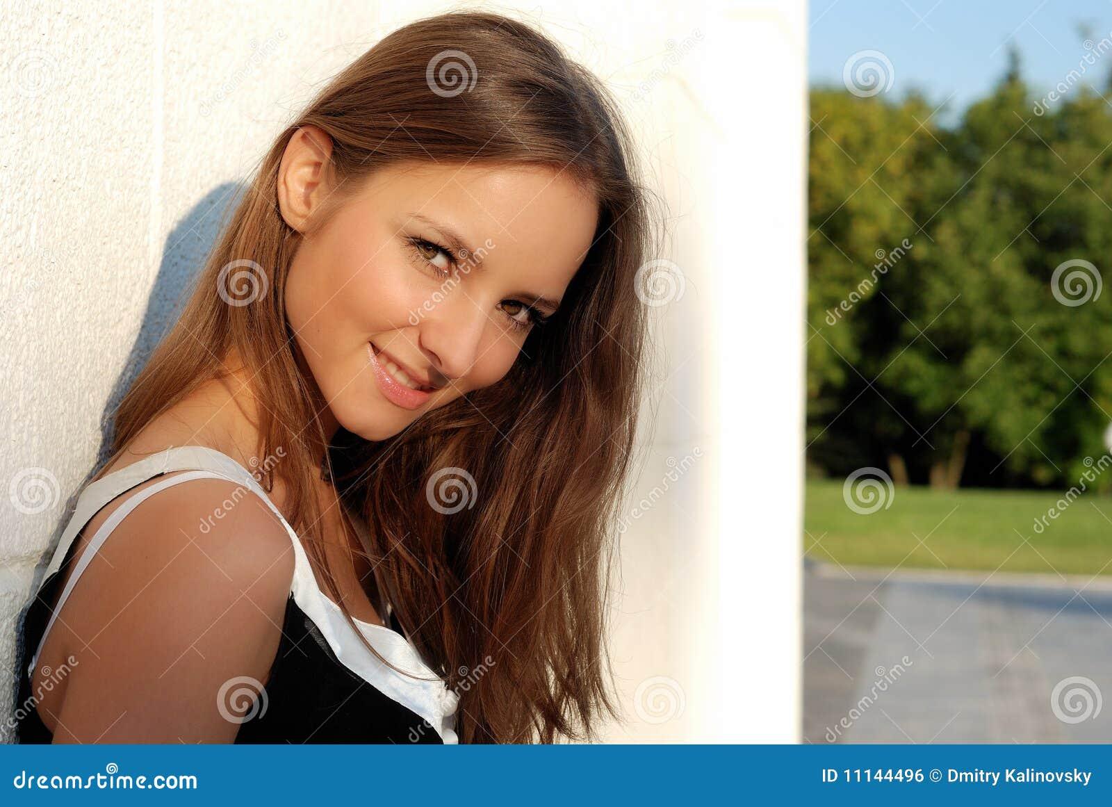 Schönes junges Mädchen draußen am Sommer