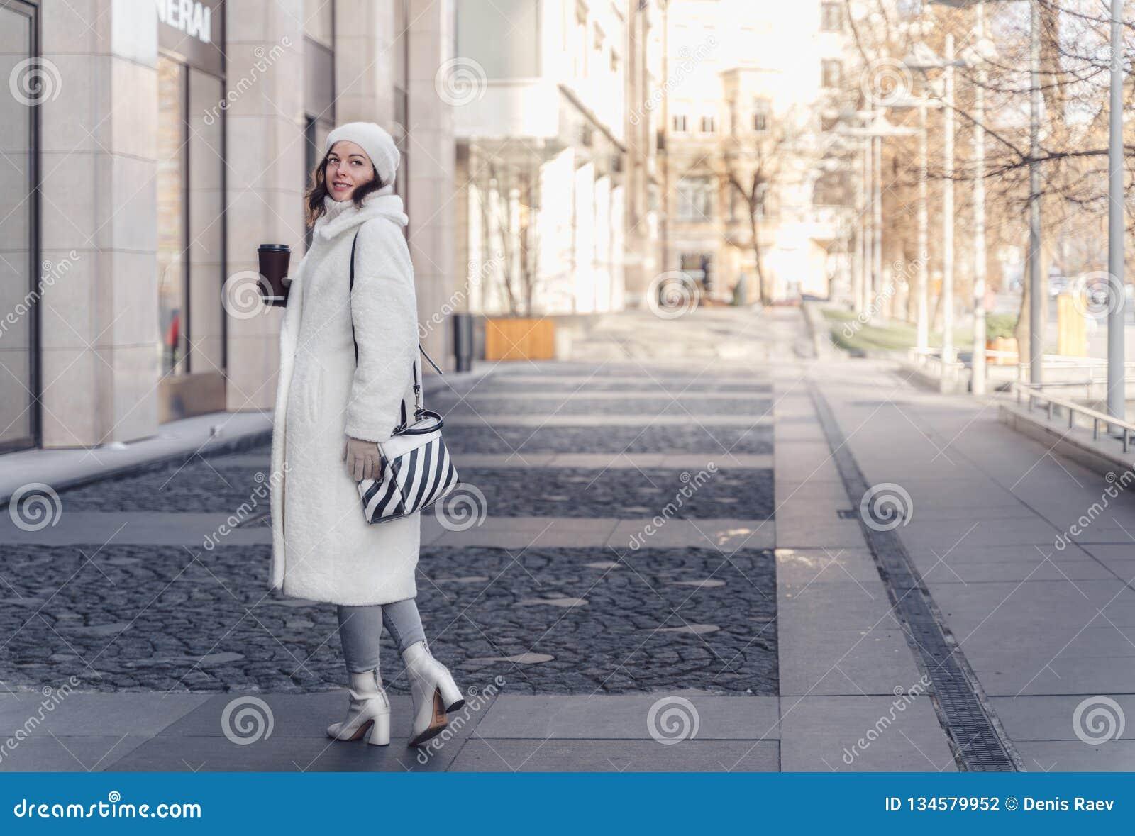 Schönes junges Mädchen im Winter