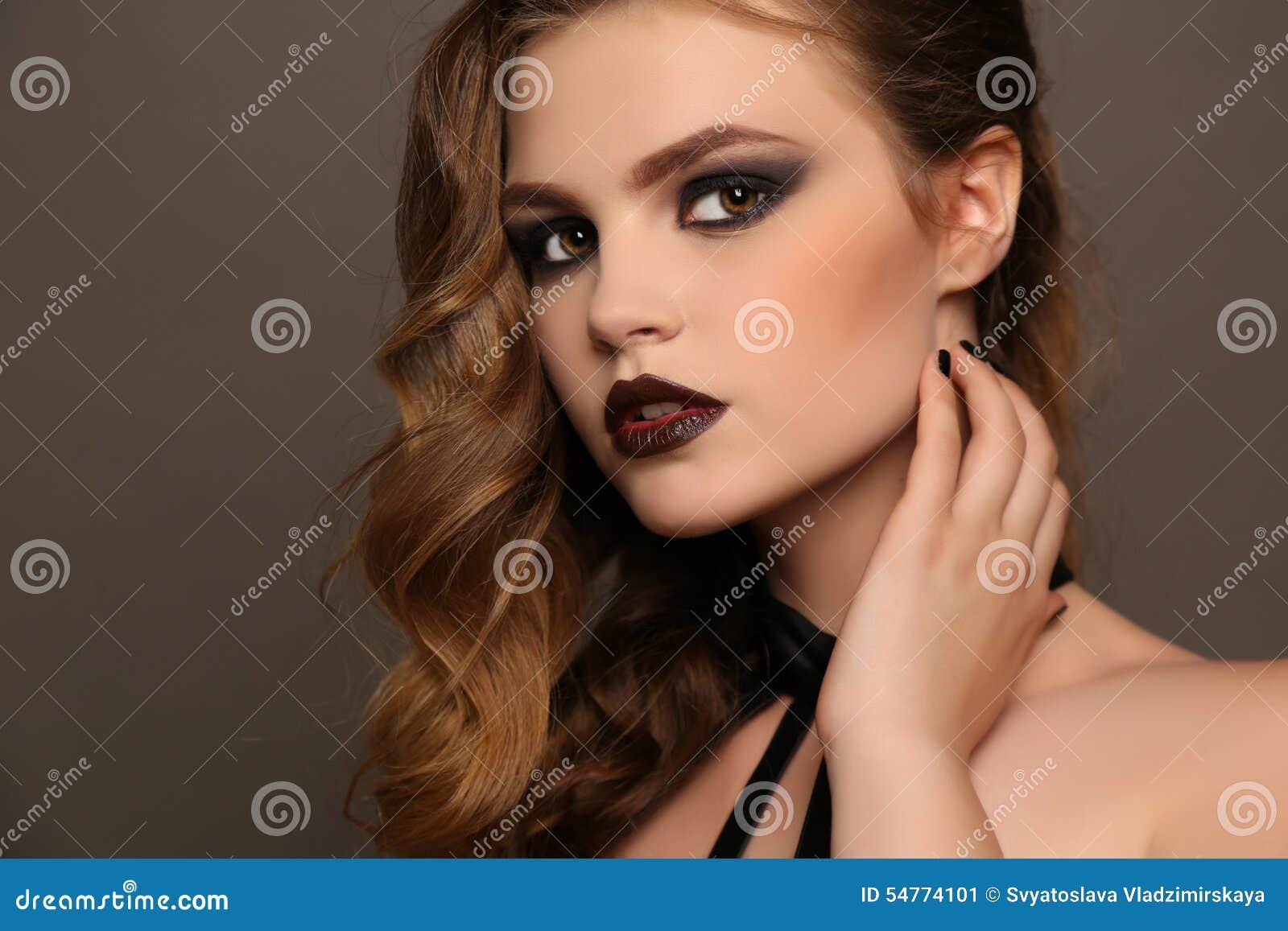 Arbeiten Sie Studioporträt des schönen jungen Mädchens mit dem dunklen Haar  und des hellen Makes-up mit Zubehör um c055bc97d3