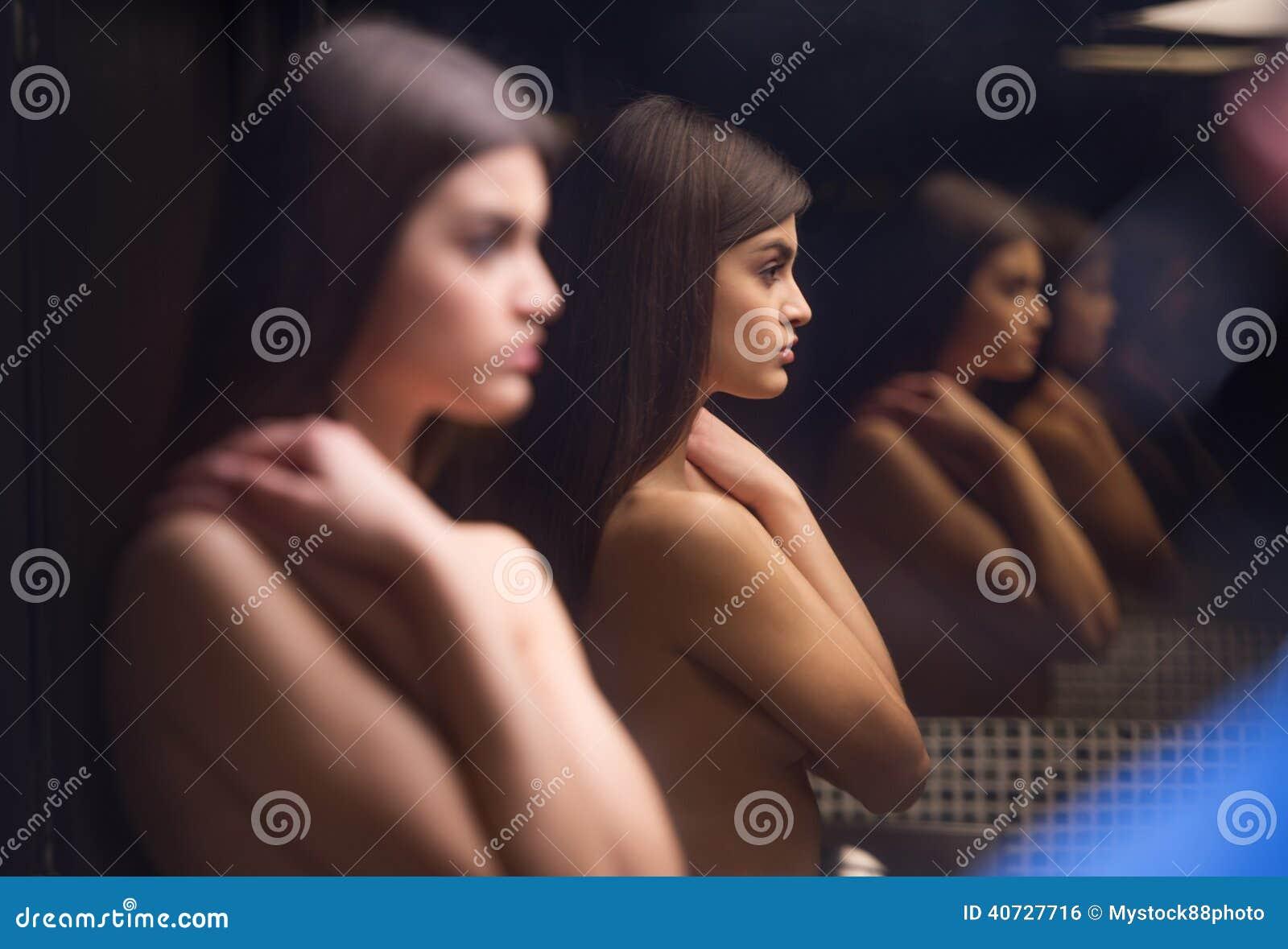 Schönes Junges Mädchen Nackt Im Badezimmer Stockfoto