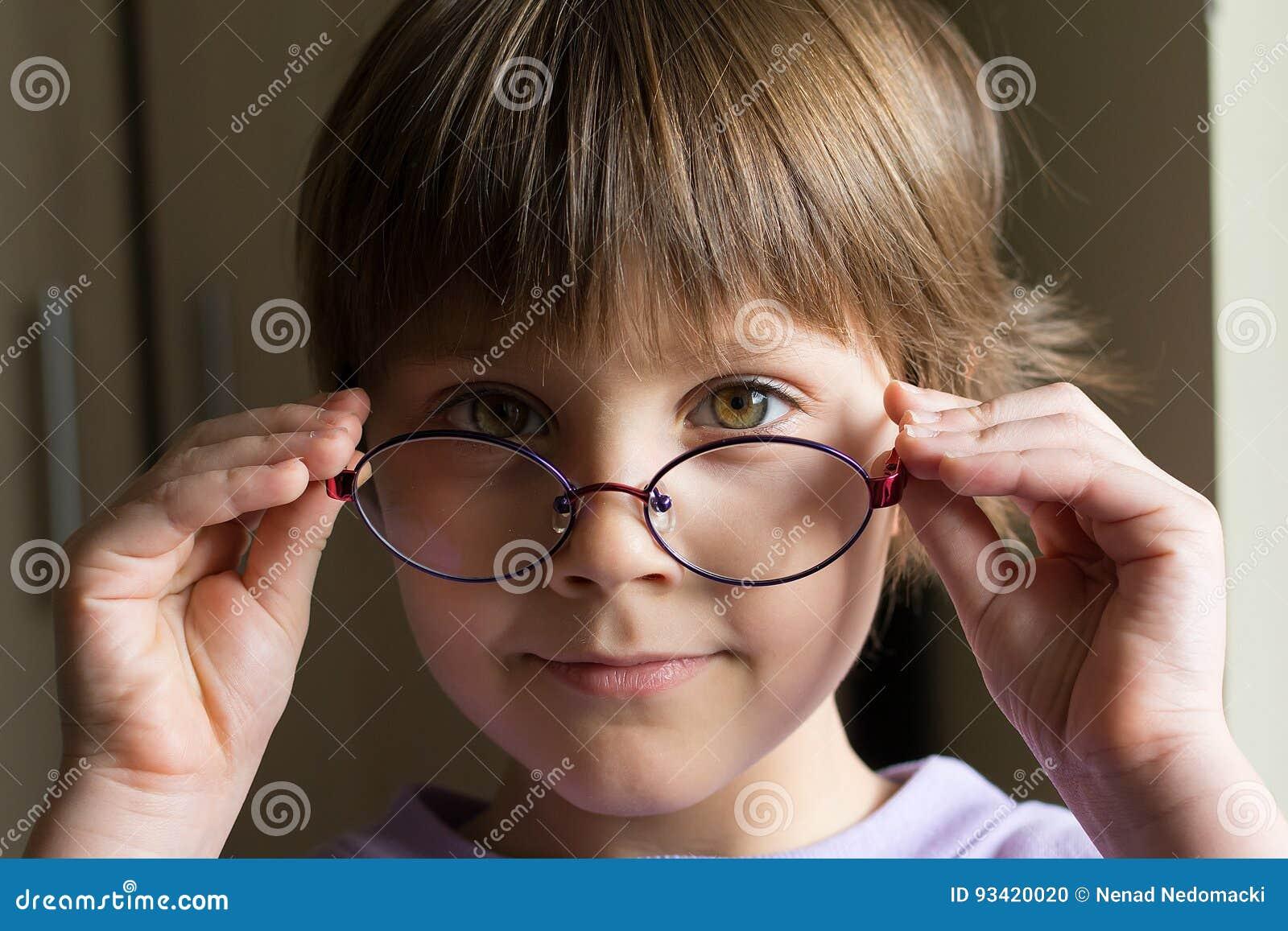Schönes Kleines Mädchen Mit Intelligenten Brillen Stockfoto - Bild ...