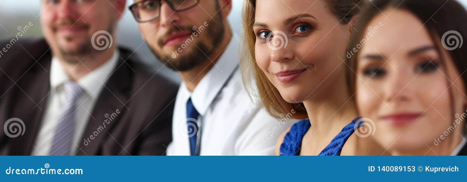 Schönes lächelndes Sekretärsmädchen, das blaue sundress trägt