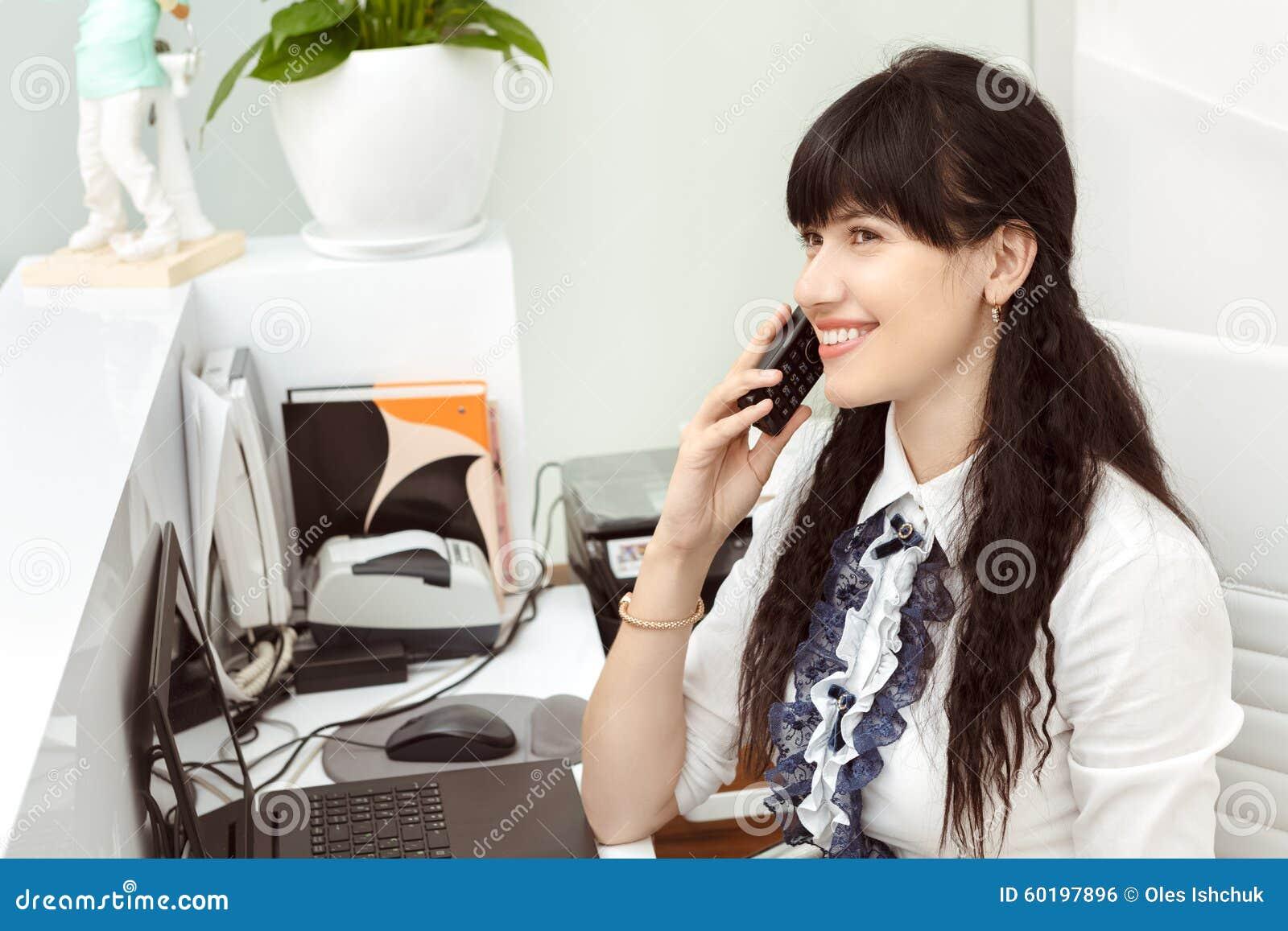 Schönes Mädchen am antwortenden Anruf der Aufnahme
