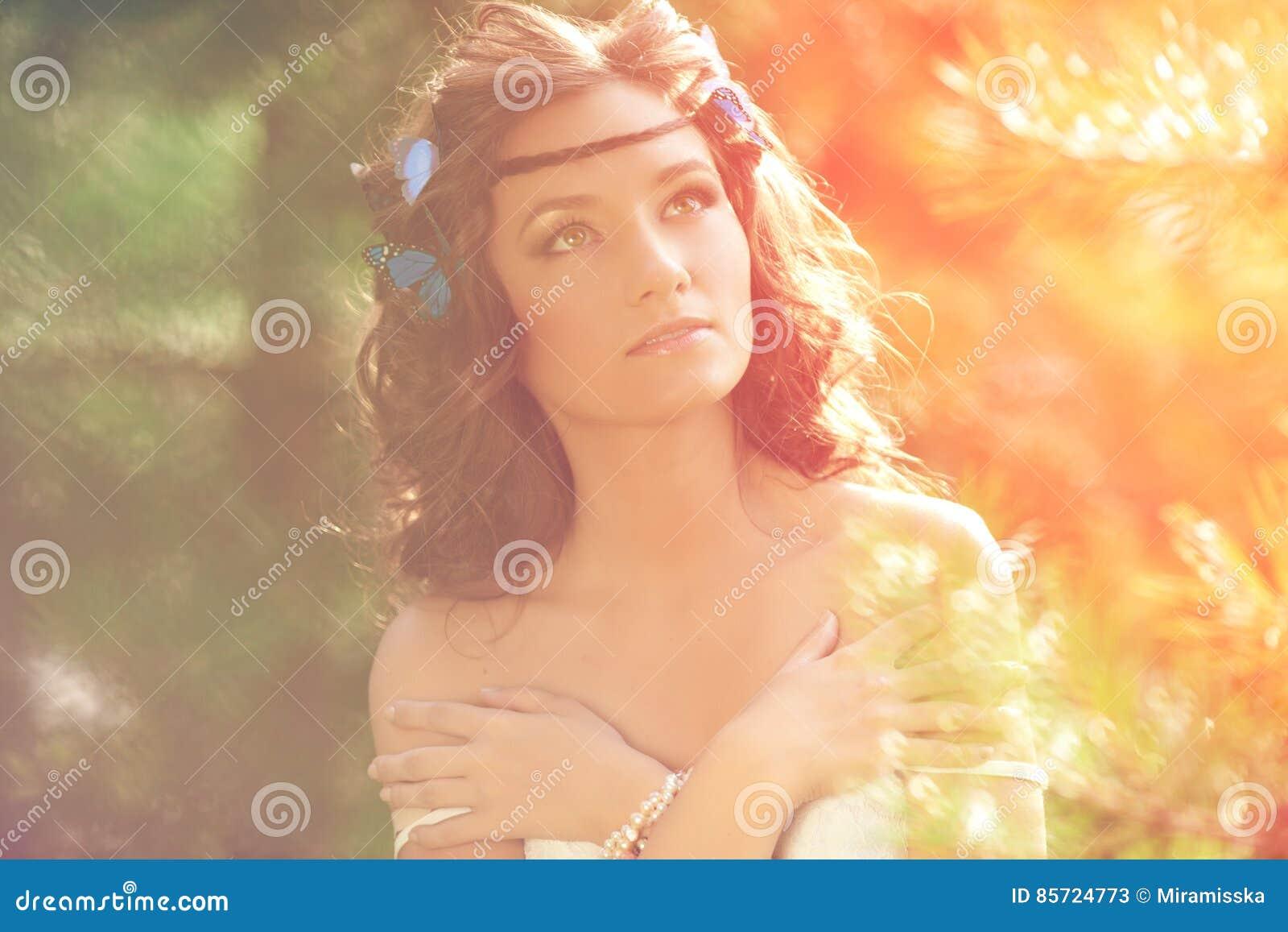 Schönes Mädchen auf Natur schönes junges Mädchen draußen Genießen Sie H