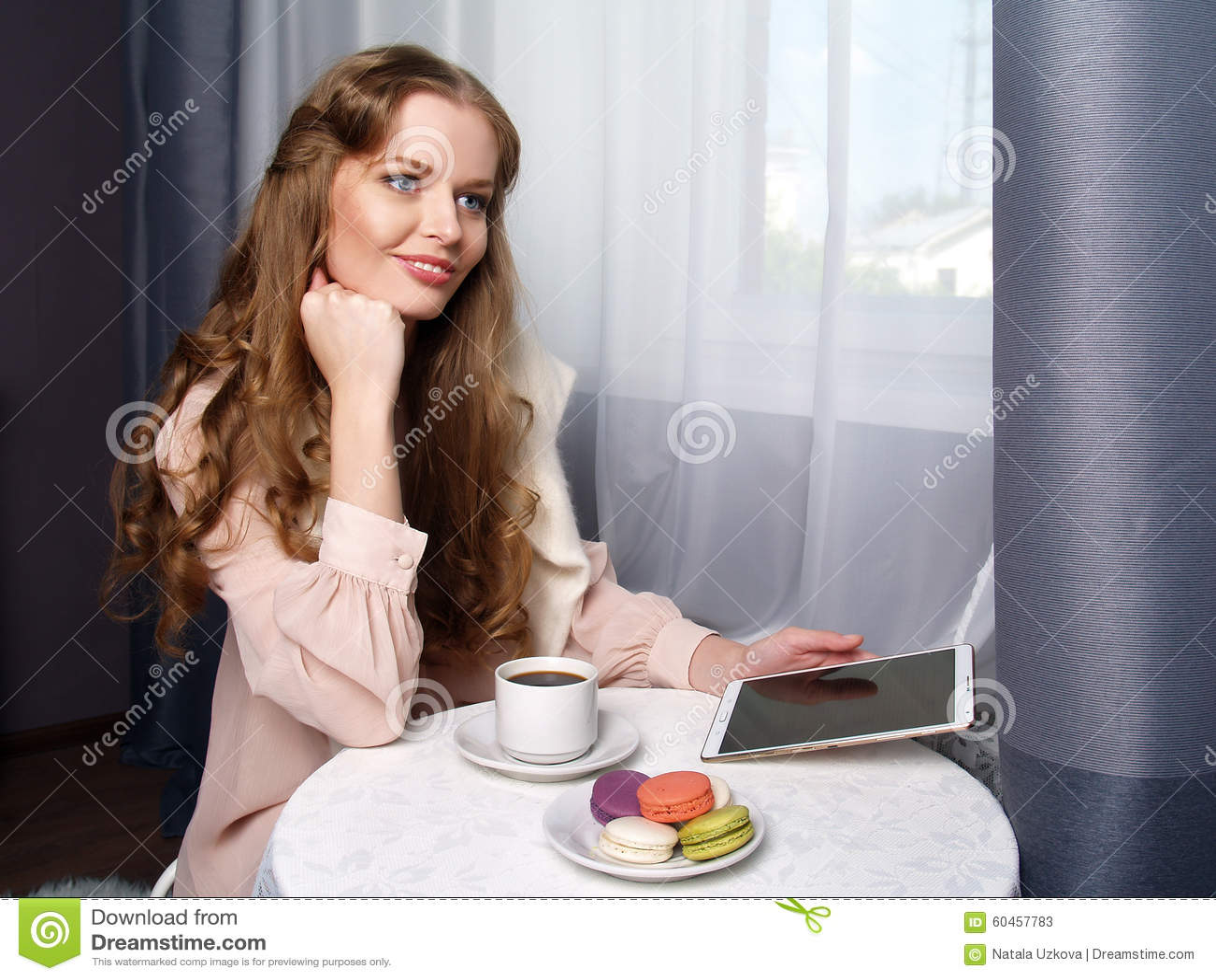 Schönes Mädchen, das im Café sitzt