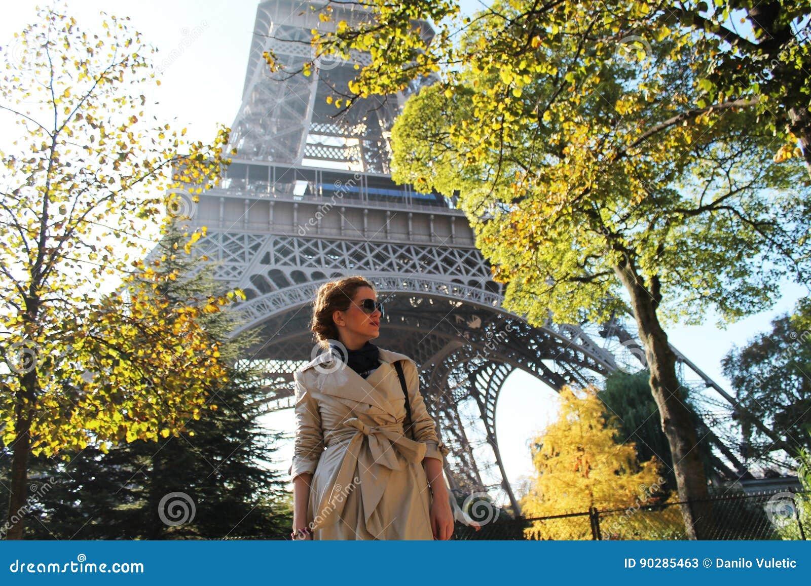 Schönes Mädchen Das Unter Den Bäumen Vor Dem Eiffelturm Steht