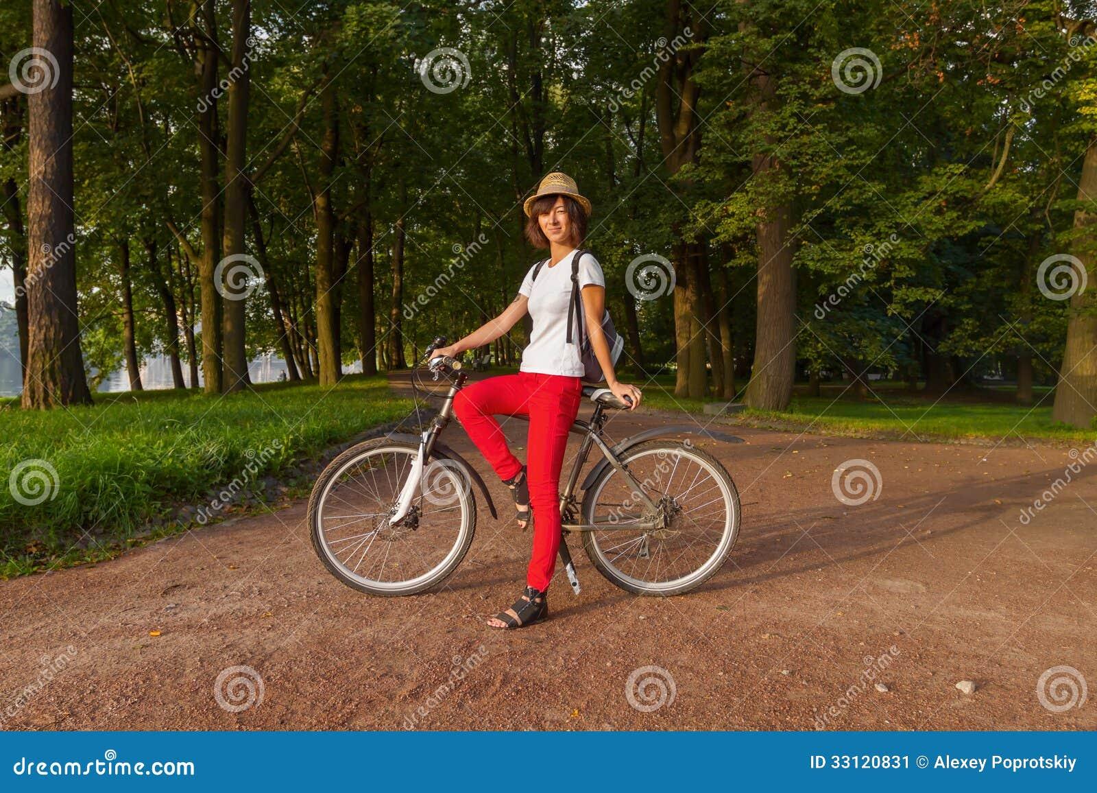 sch nes m dchen des hippies auf einem fahrrad im park stockbild bild von sitting nett 33120831. Black Bedroom Furniture Sets. Home Design Ideas