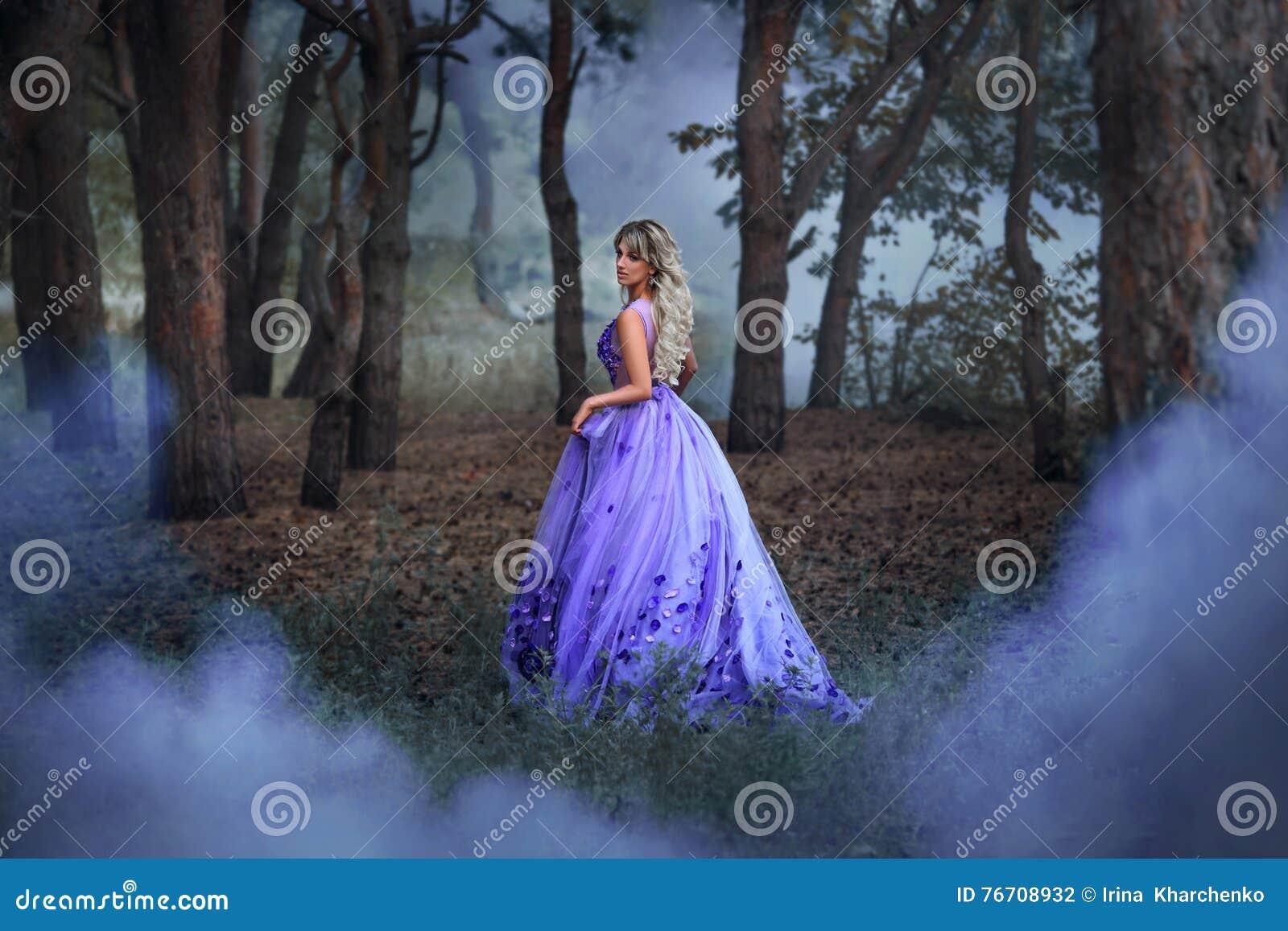 Schönes Mädchen in einem purpurroten Kleid