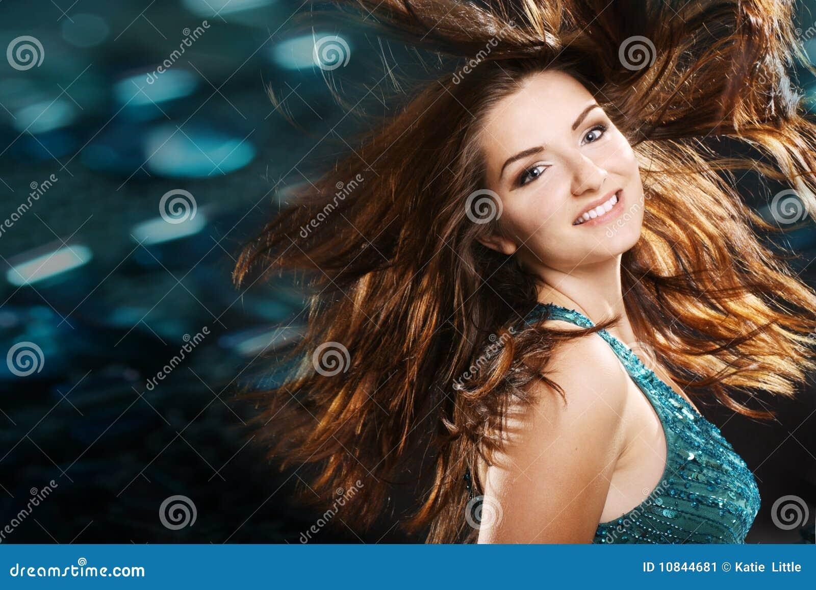 Schönes Mädchen in einer Nachtklubszene