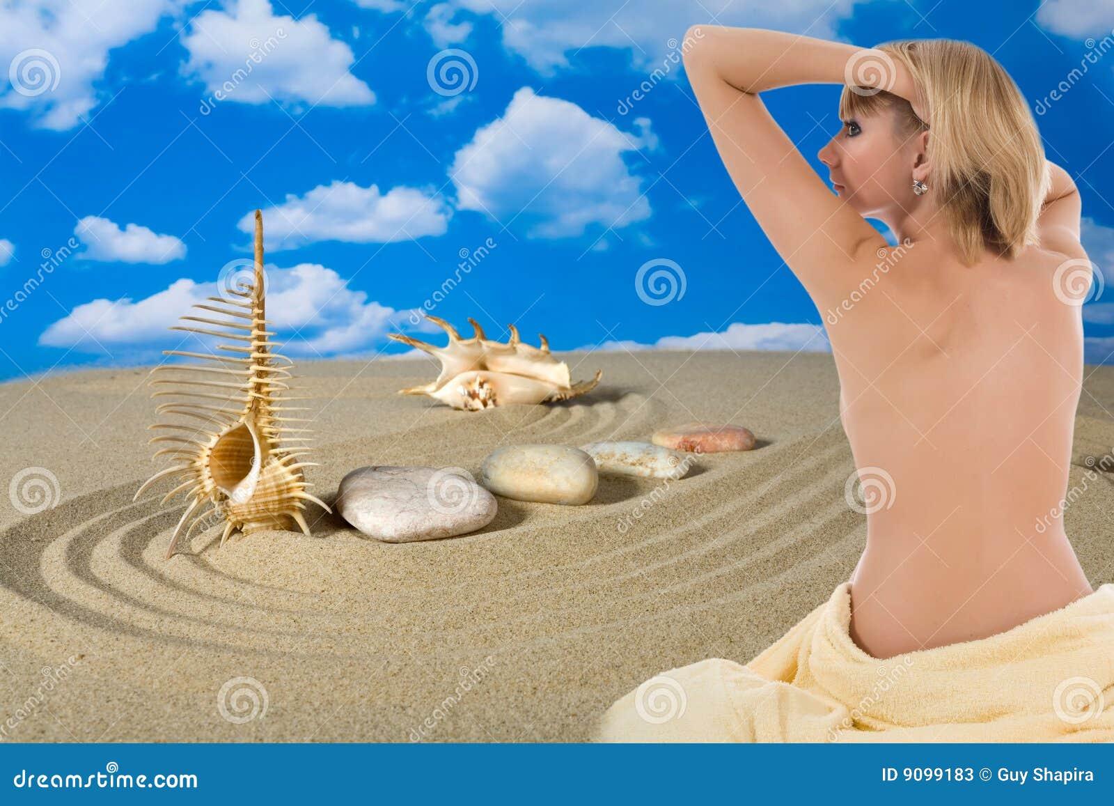 Schönes Mädchen mit Bademantel