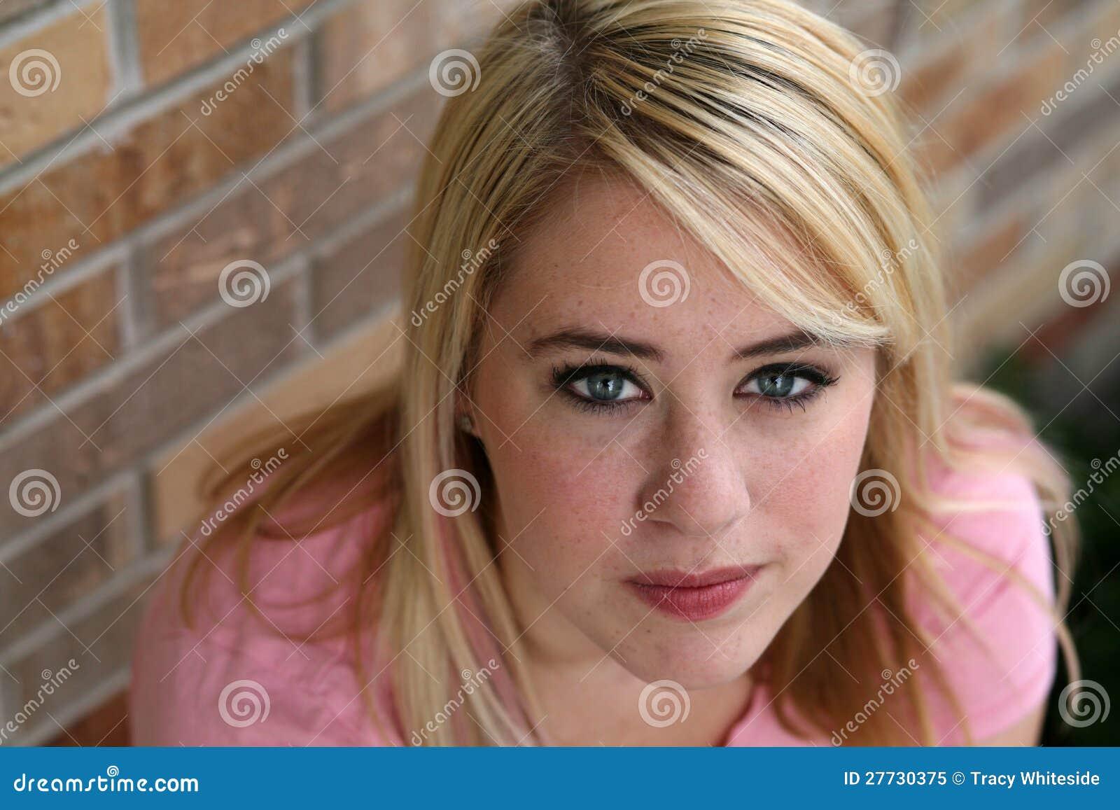 Schönes Mädchen mit dem blonden Haar und den Freckles