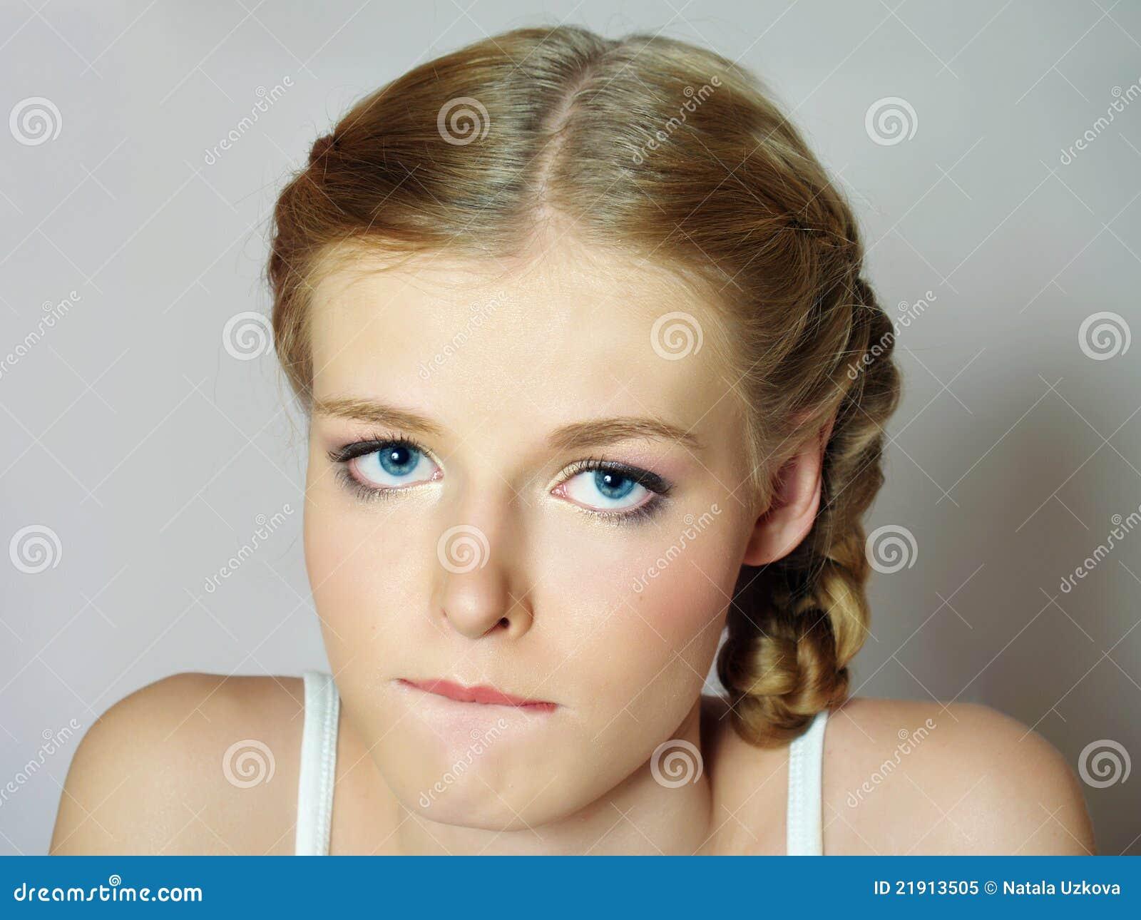 Schönes Mädchen mit den großen traurigen Augen ist umgekippt