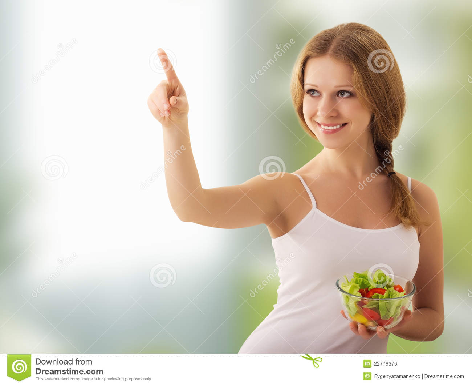 Schönes Mädchen mit einem Salat wählen gesunde Nahrung